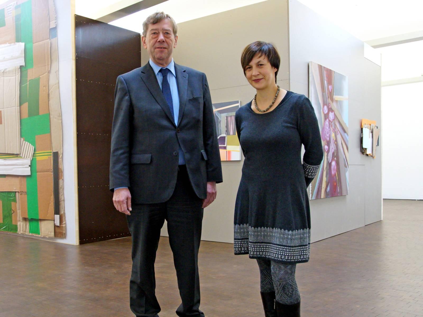 Mann und Frau in einer Galerie.