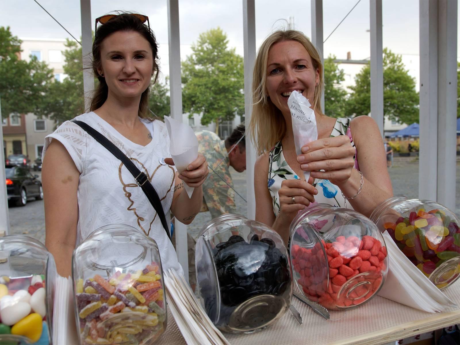 Erste Antworten auf Fragen am Kulturhauptstadtkiosk werden gesammelt. Für Antworten gibt es eine bunte Tüte und eine Getränk.