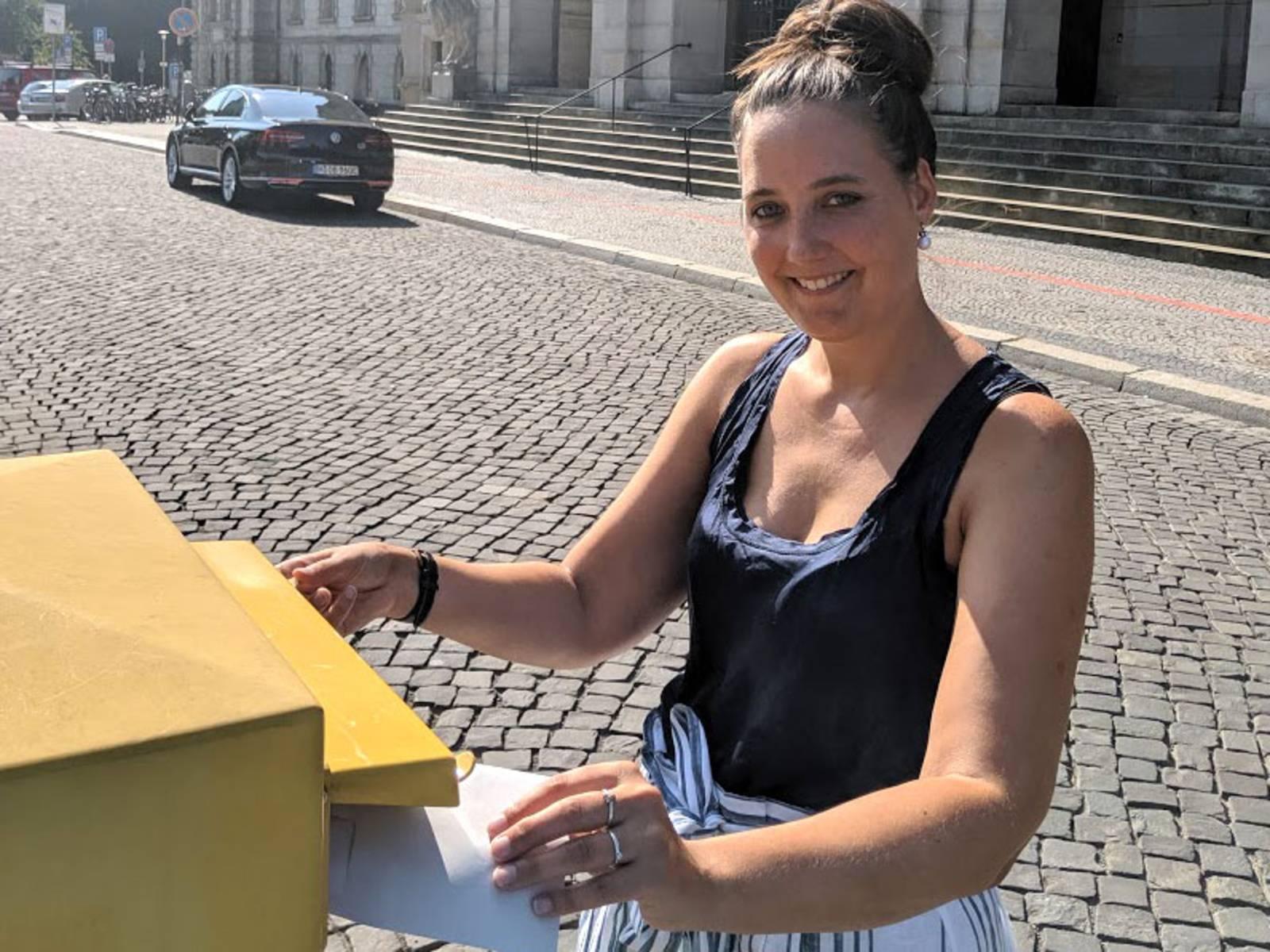 "Lisa Weber (Stellvertretende Teamleitung) bei der ""Abgabe"" der Absichtserklärung zur Kulturhauptstadt 2025."