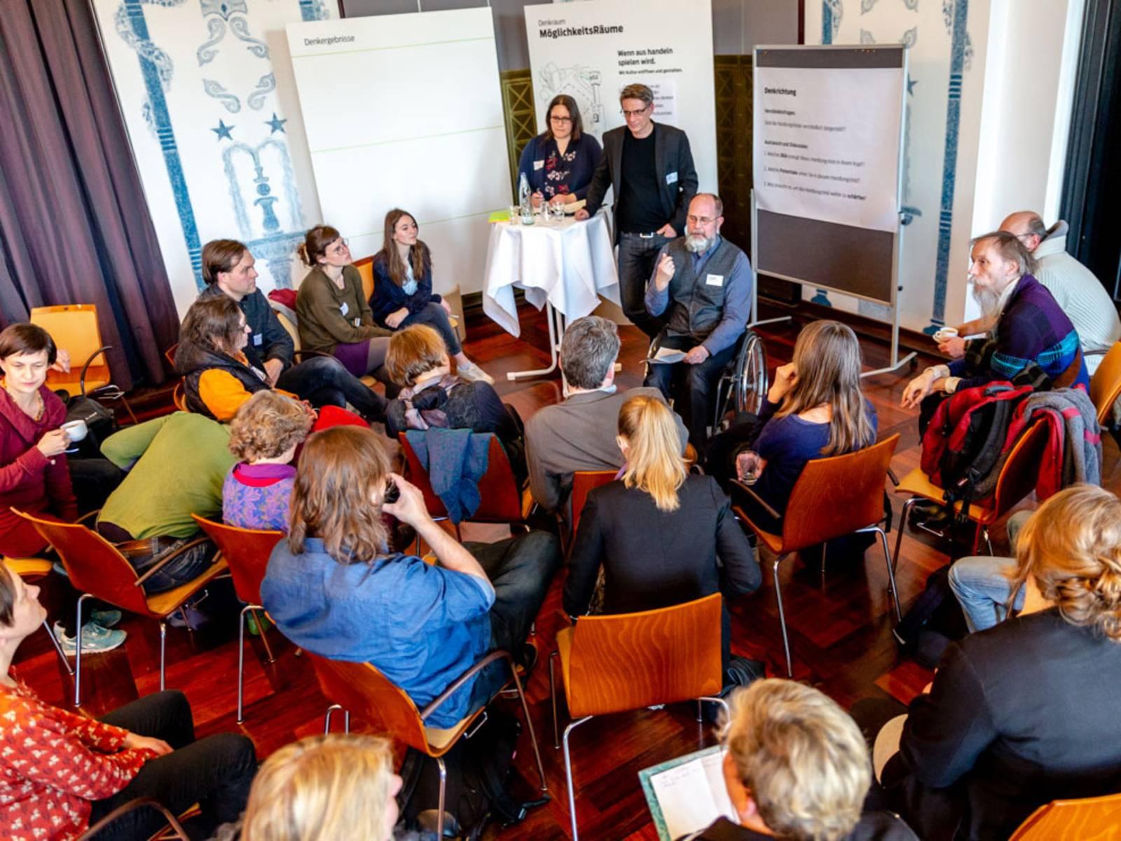 Denkraum MöglichkeitsRäume: Die kreativen Teilnehmer*innen tauschen sich in intensiven Gesprächen aus.