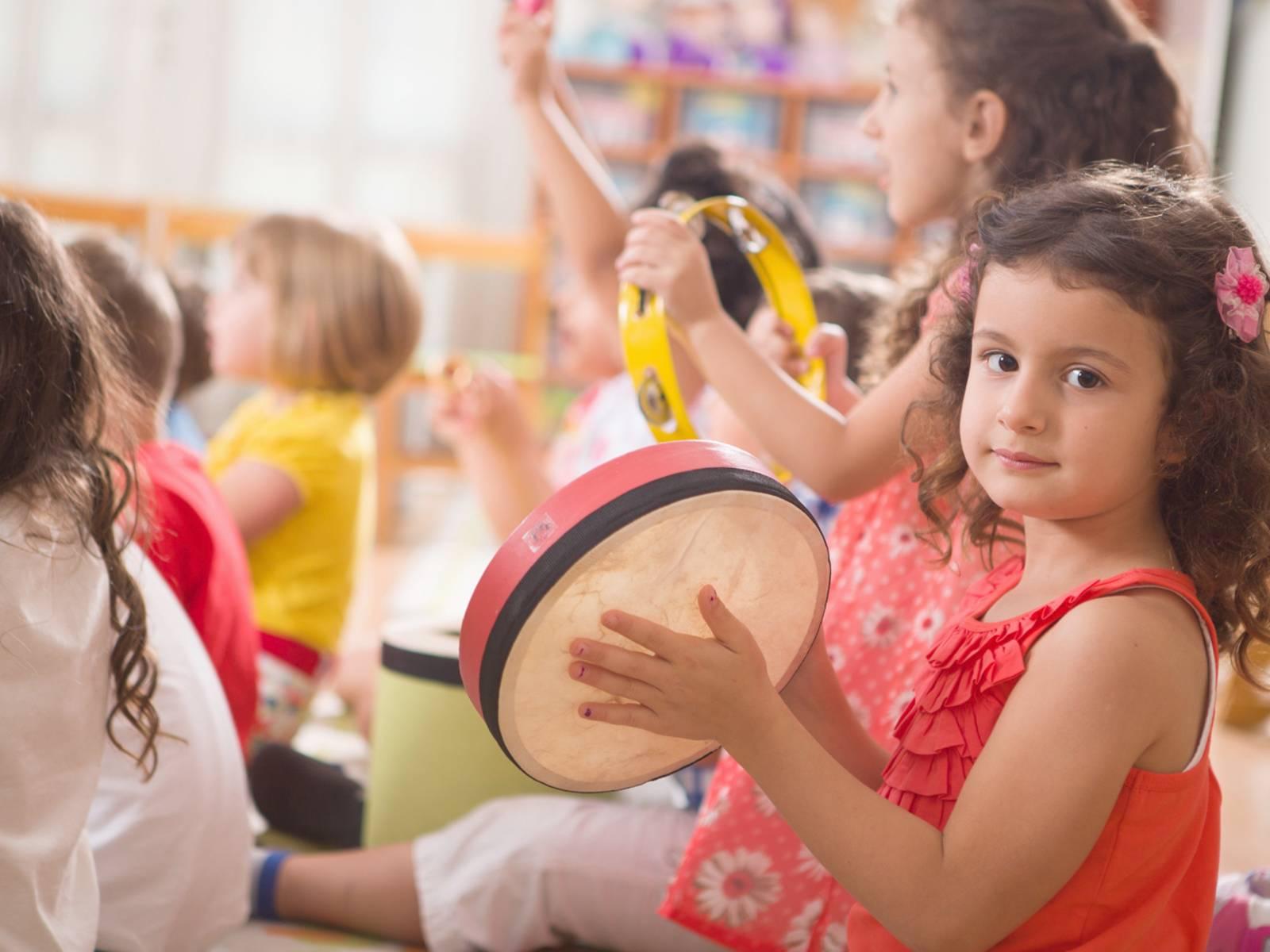 Kurse für Elementare Musikerziehung bietet die Musikschule der Landeshauptstadt an.