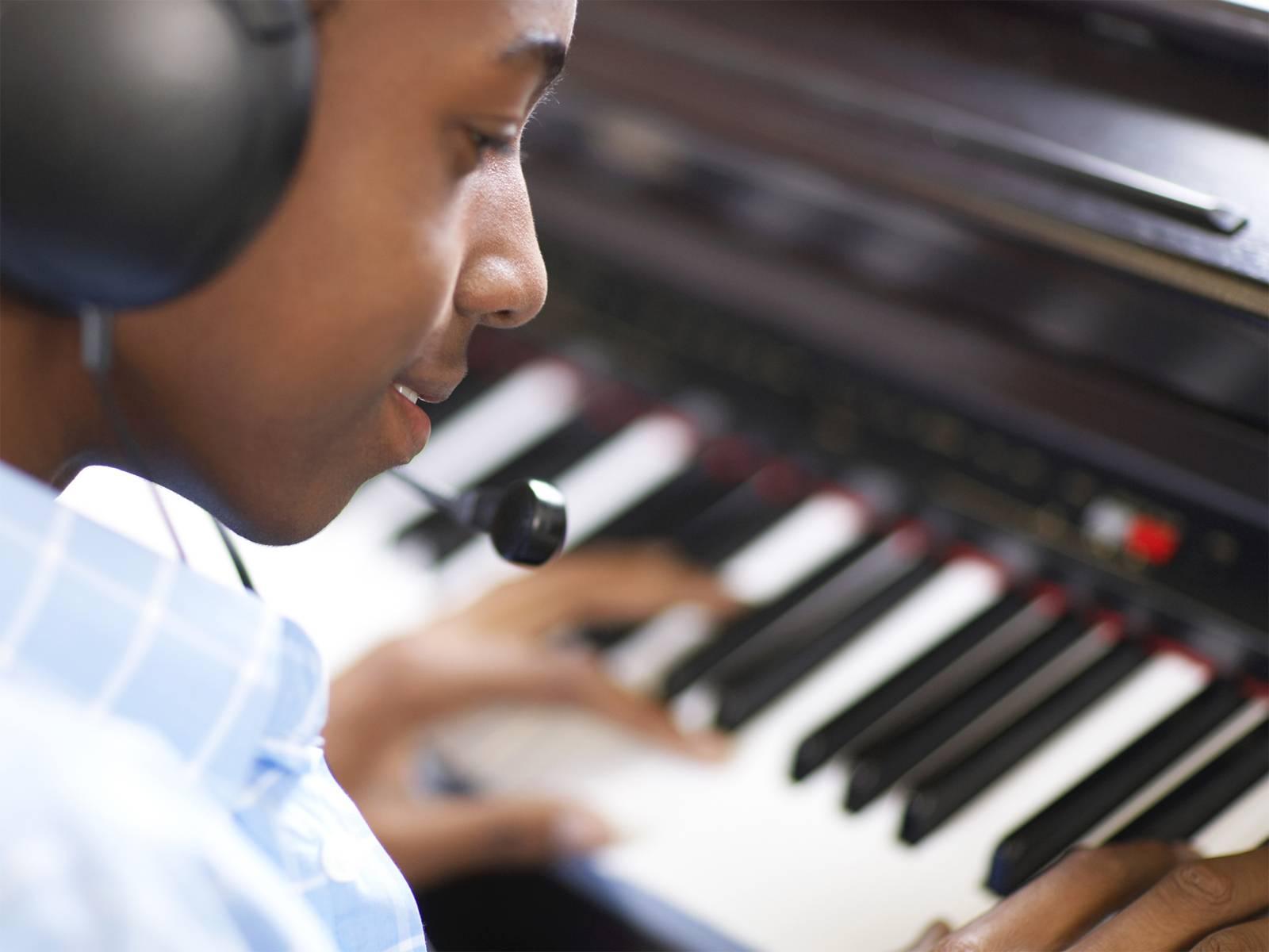 """""""Zeitgenössische Musik in der Schule"""": Schülerinnen und Schüler experimentieren mit Klängen und Geräuschen, und zwar voraussetzungsfrei, ohrenöffnend, forschend, mit Musikinstrumenten oder umfunktionierten Alltagsgegenständen."""