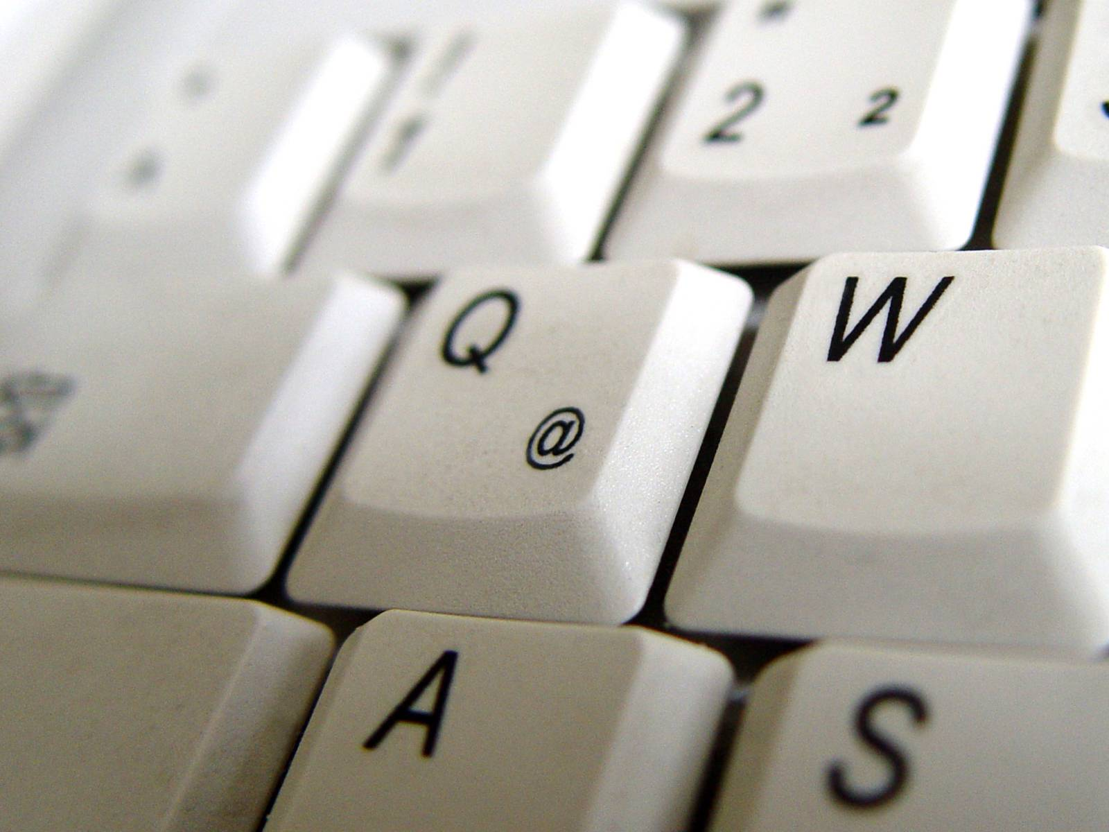 """Ausschnitt einer Tastatur, im Zentrum des Bildes steht die Taste """"Q"""""""