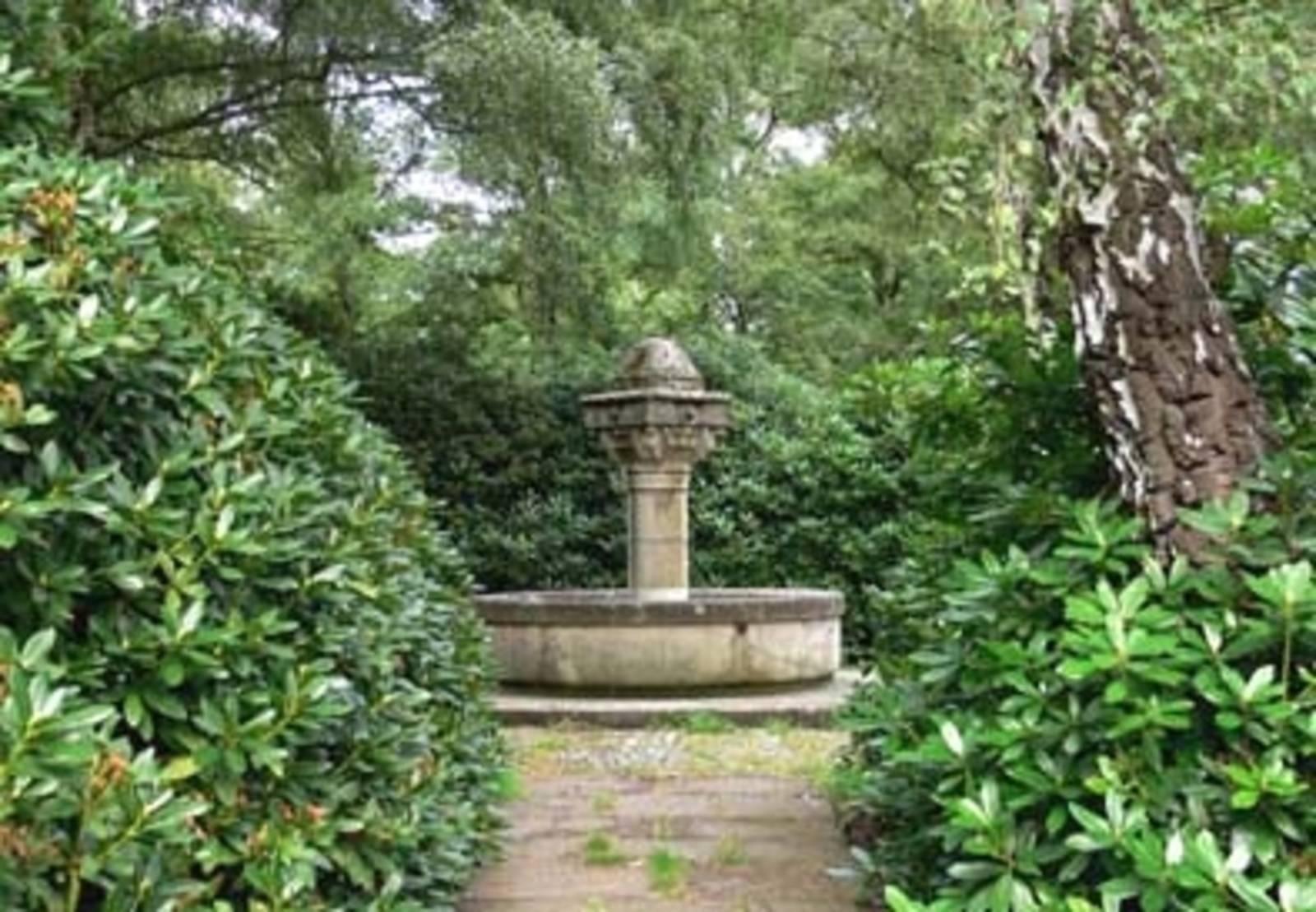 Brunnen auf einem Friedhof in Hannover