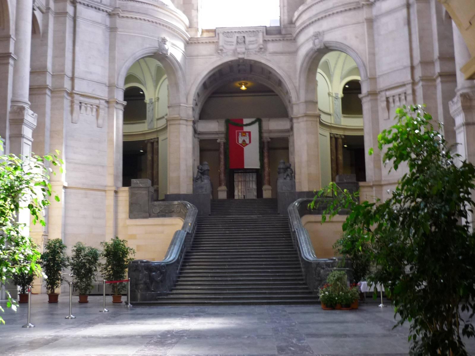 Mit Pflanzen festlich geschmückte Rathaushalle