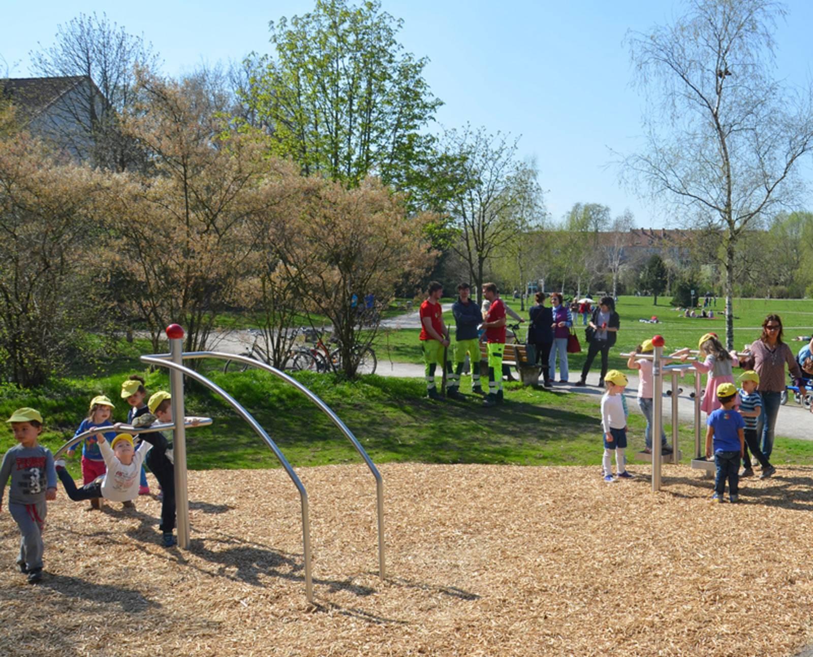 Erwachsene und Kinder probieren die Sportgeräte im Fitnessparcours Vahrenwalder Park aus