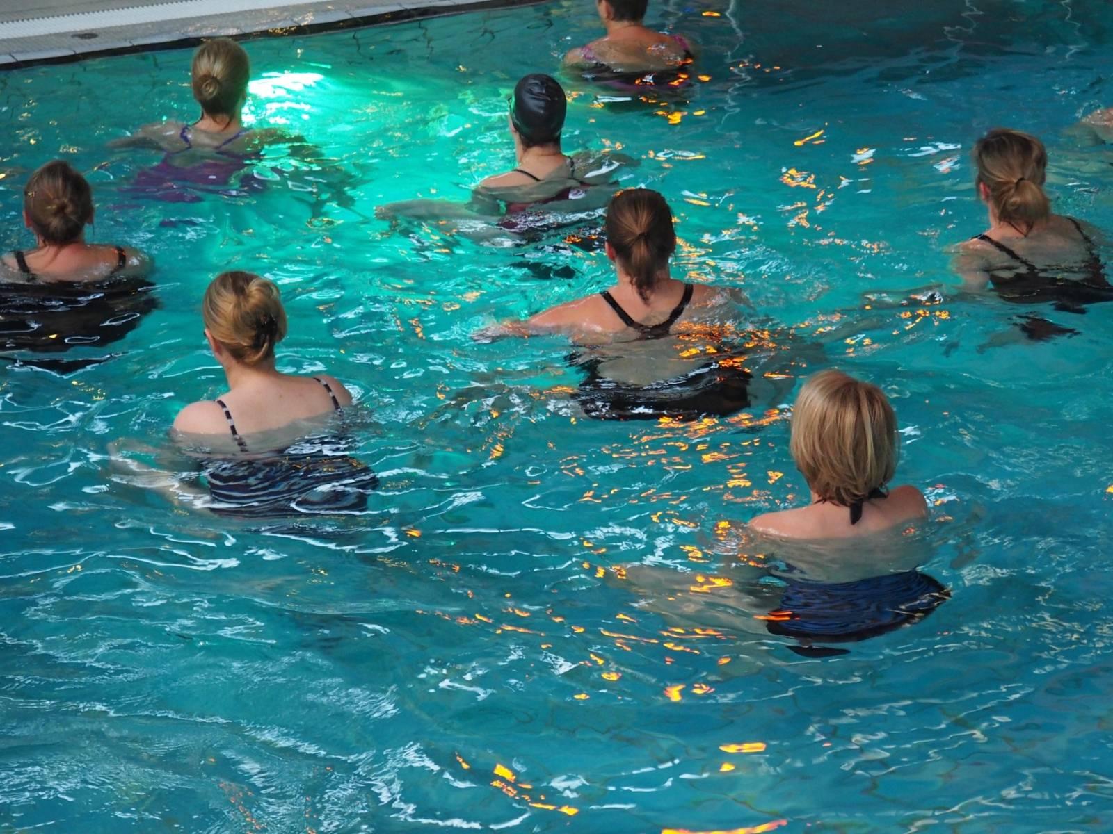 Frauen in einem Schwimmbad.