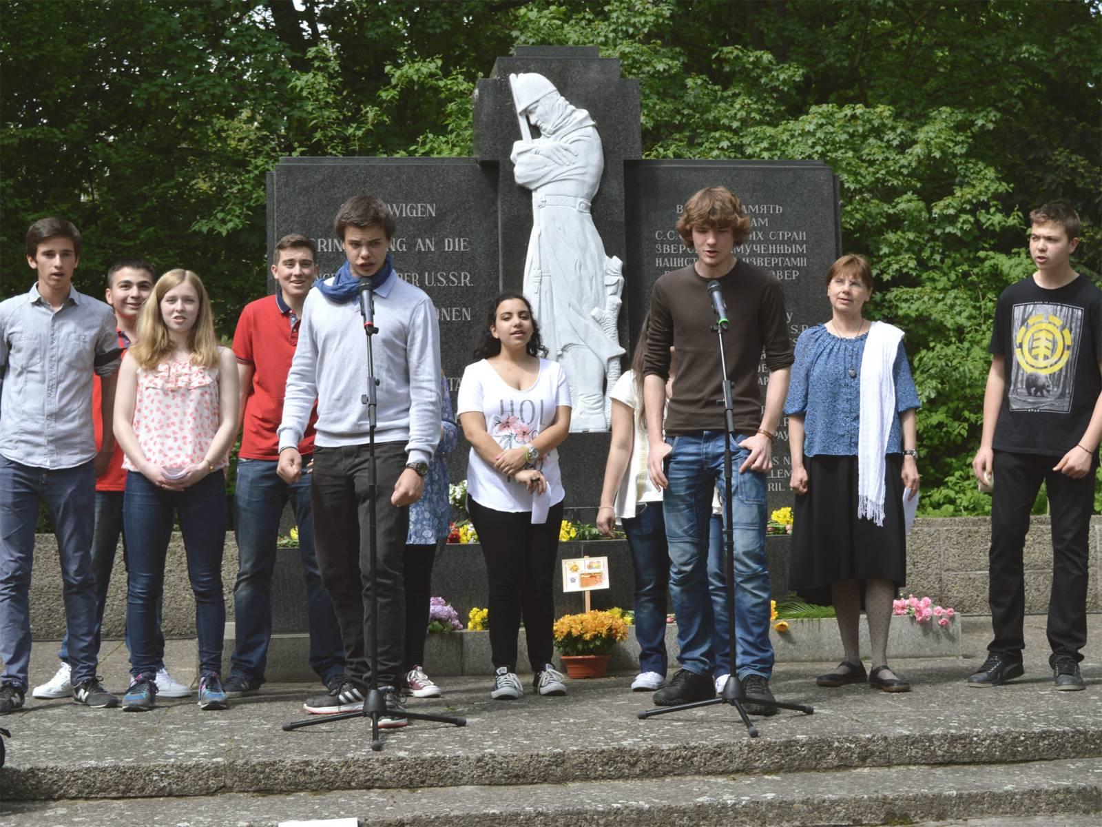 """Teilnehmer der Internationalen Jugendbegegnung """"Aus der Vergangenheit für die Zukunft. Jugend bewegt Europa"""" am 8. Mai 2015"""