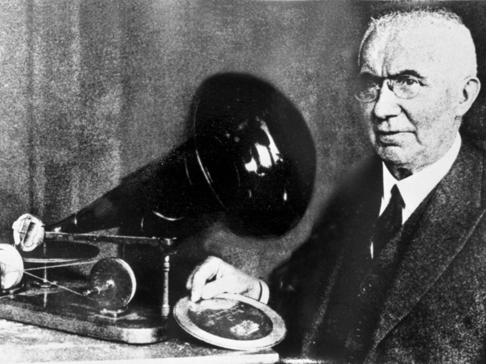 Emil Berliner mit seinem ersten Grammophon und einer Zinkschallplatte