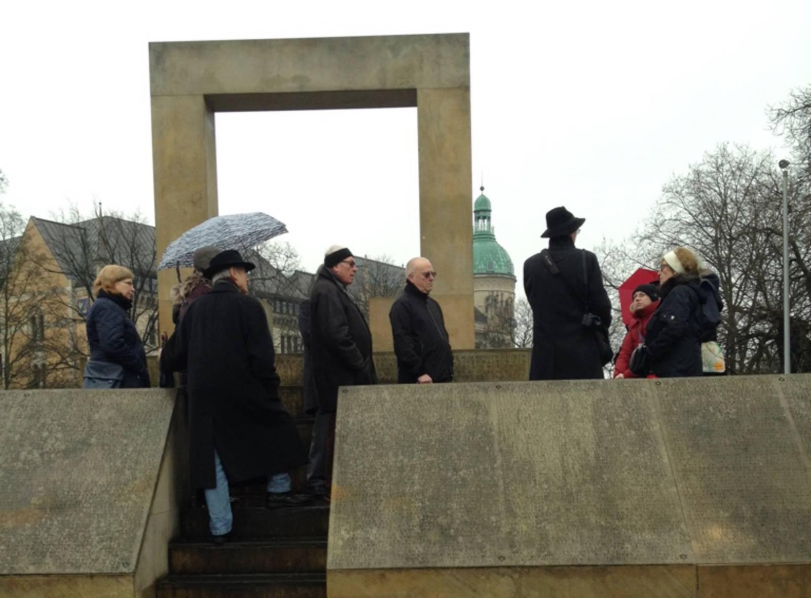 Teilnehmer des Stadtspaziergangs am Holocaust-Mahnmal am Opernplatz