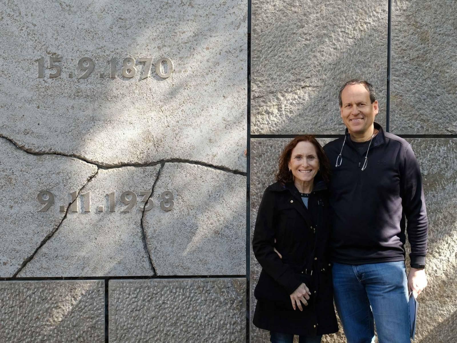 Jonathan und Joy Stern im Gedenkort Neue Synagoge in der Roten Reihe, 2019