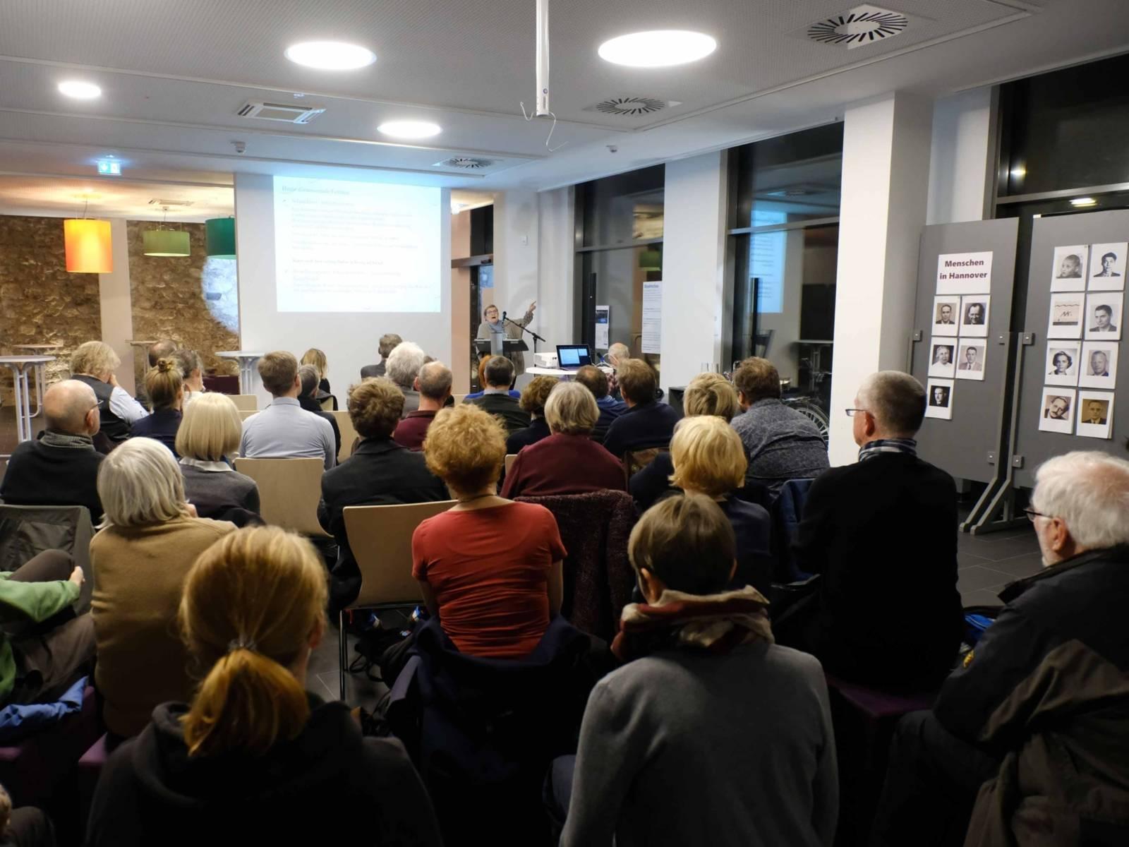 """Dr. Juliane Wetzel, Zentrum für Antisemitismusforschung, bei ihrem Vortrag """"Antisemitismus heute – eine Herausforderung für Gesellschaft und Politik"""""""