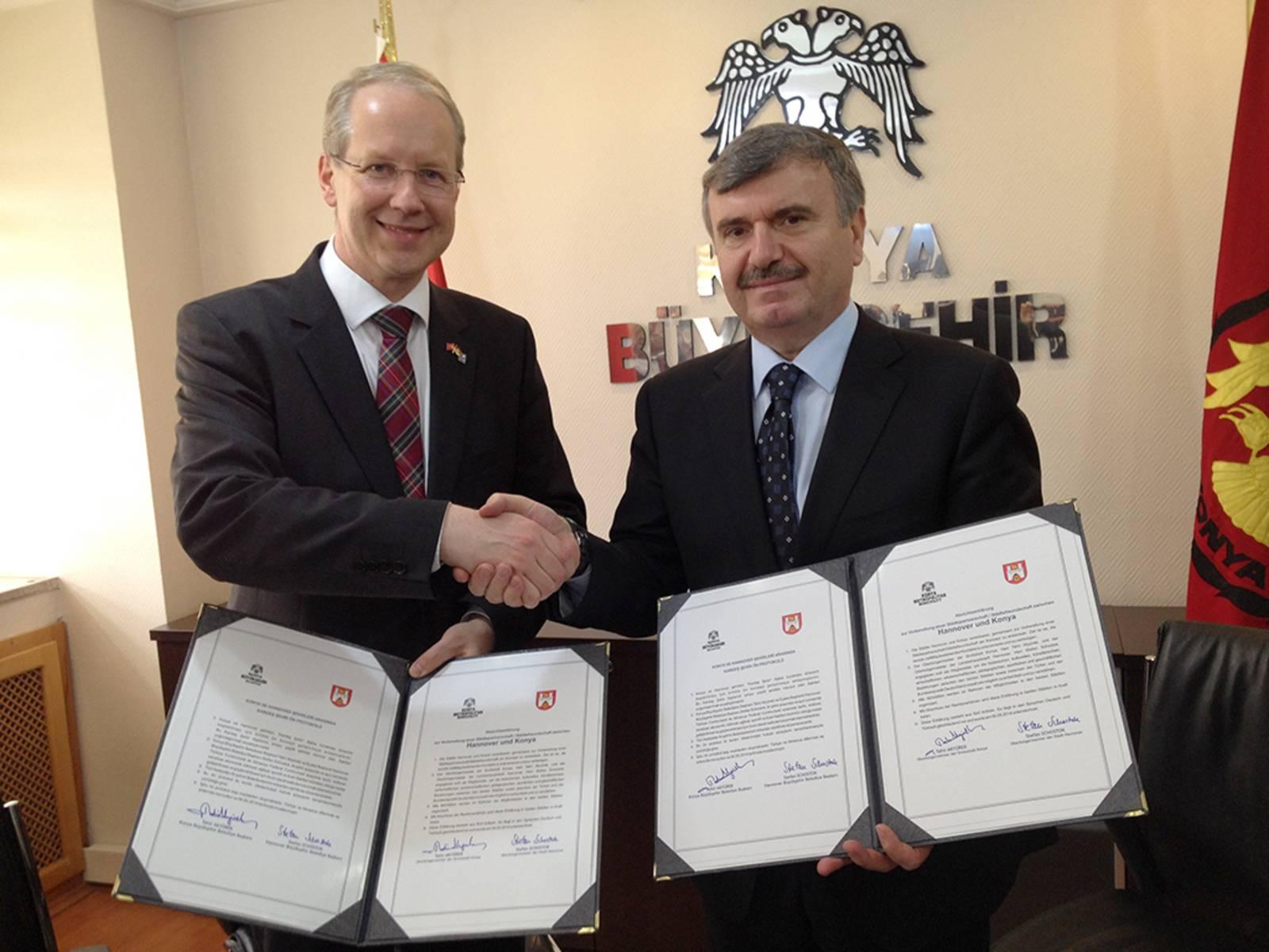 Stefan Schostok und Tahir Akyürek halten die Absichtserklärung zur Prüfung einer engeren Kooperation ihrer Städte in den Händen