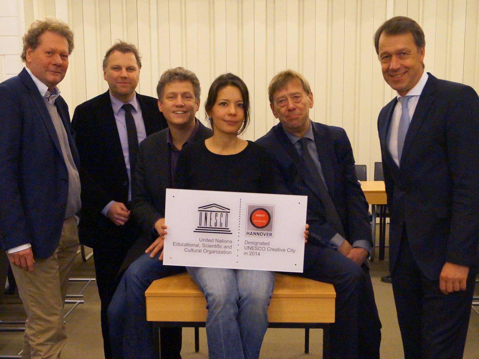 Michael Lohmann (Hannover Concerts), Nils Meyer (Hörregion Hannover), Dr. Benedikt Poensgen (Leiter des städtischen Kulturbüros), Alice Moser (Projektkoordination), Harald Härke (Kulturdezernent) und Hans Christian Nolte (Geschäftsführer der HMTG)