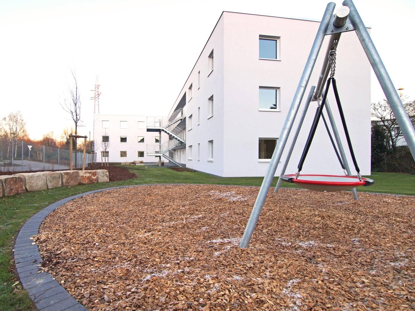 Ein Gelände mit einem Wohnheim.