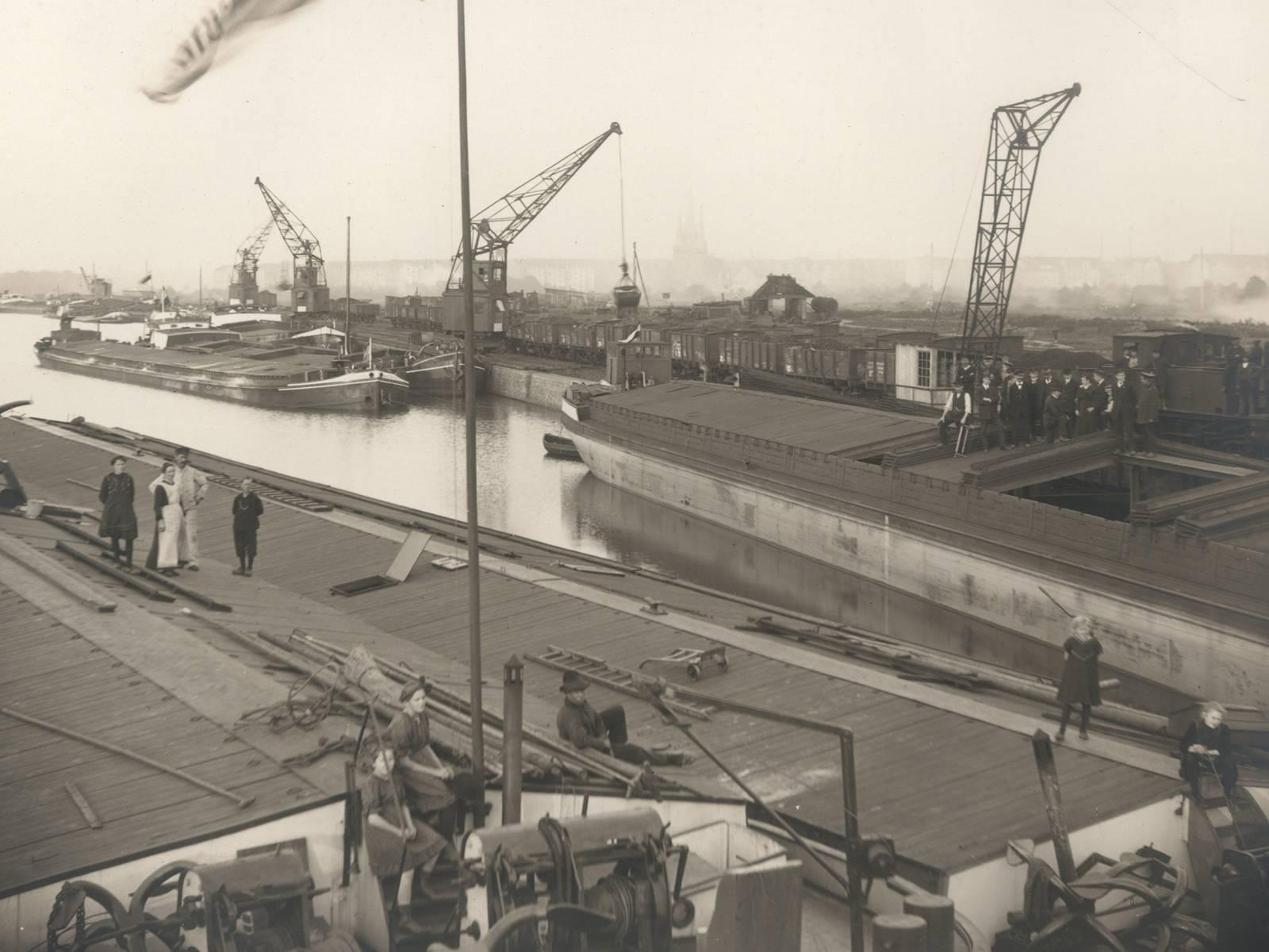 Blick auf das Hafenbecken im Lindener Hafen, 1917