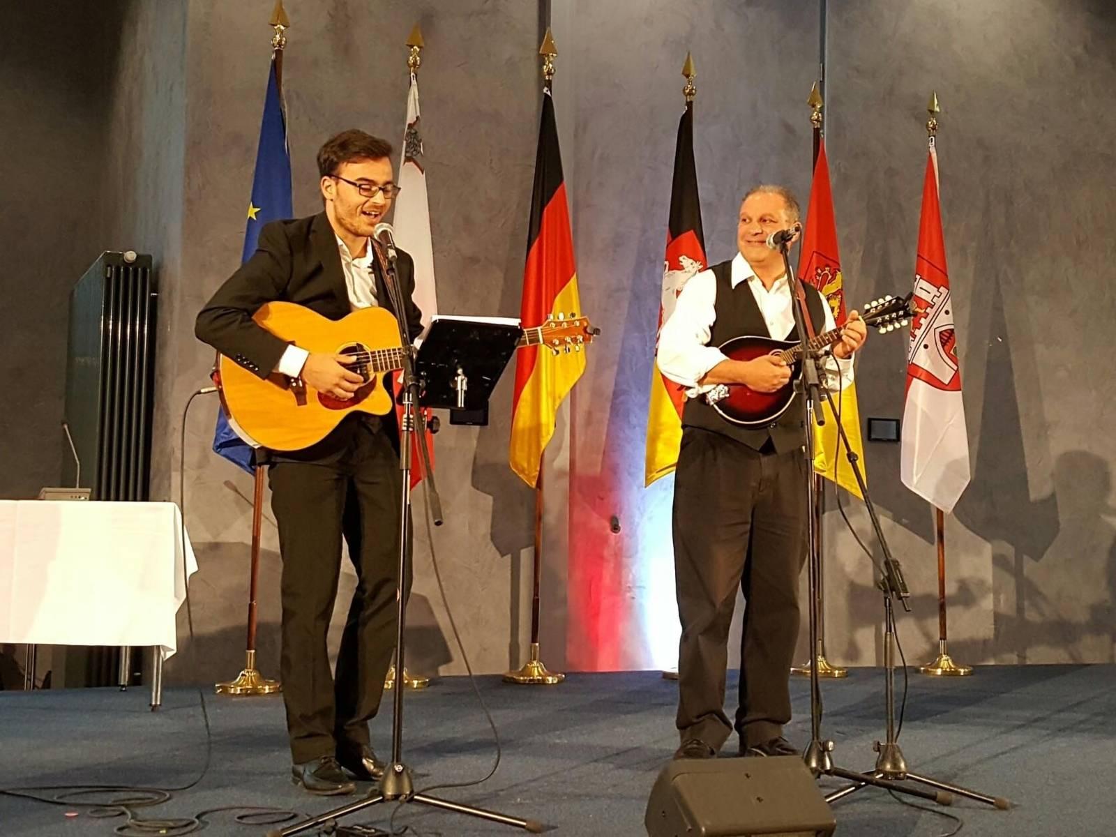 Zwei Musiker auf einer Bühne.