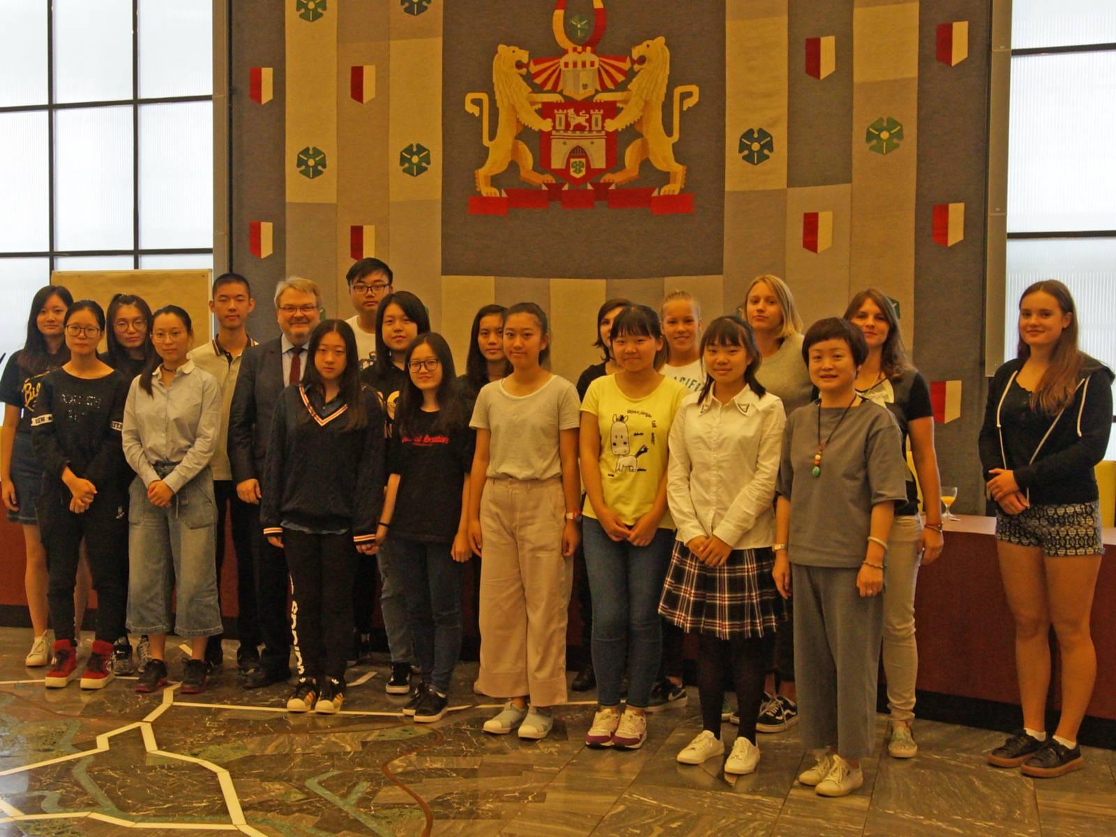 Ein Gruppenbild mit deutschen und chinesischen Jugendlichen.