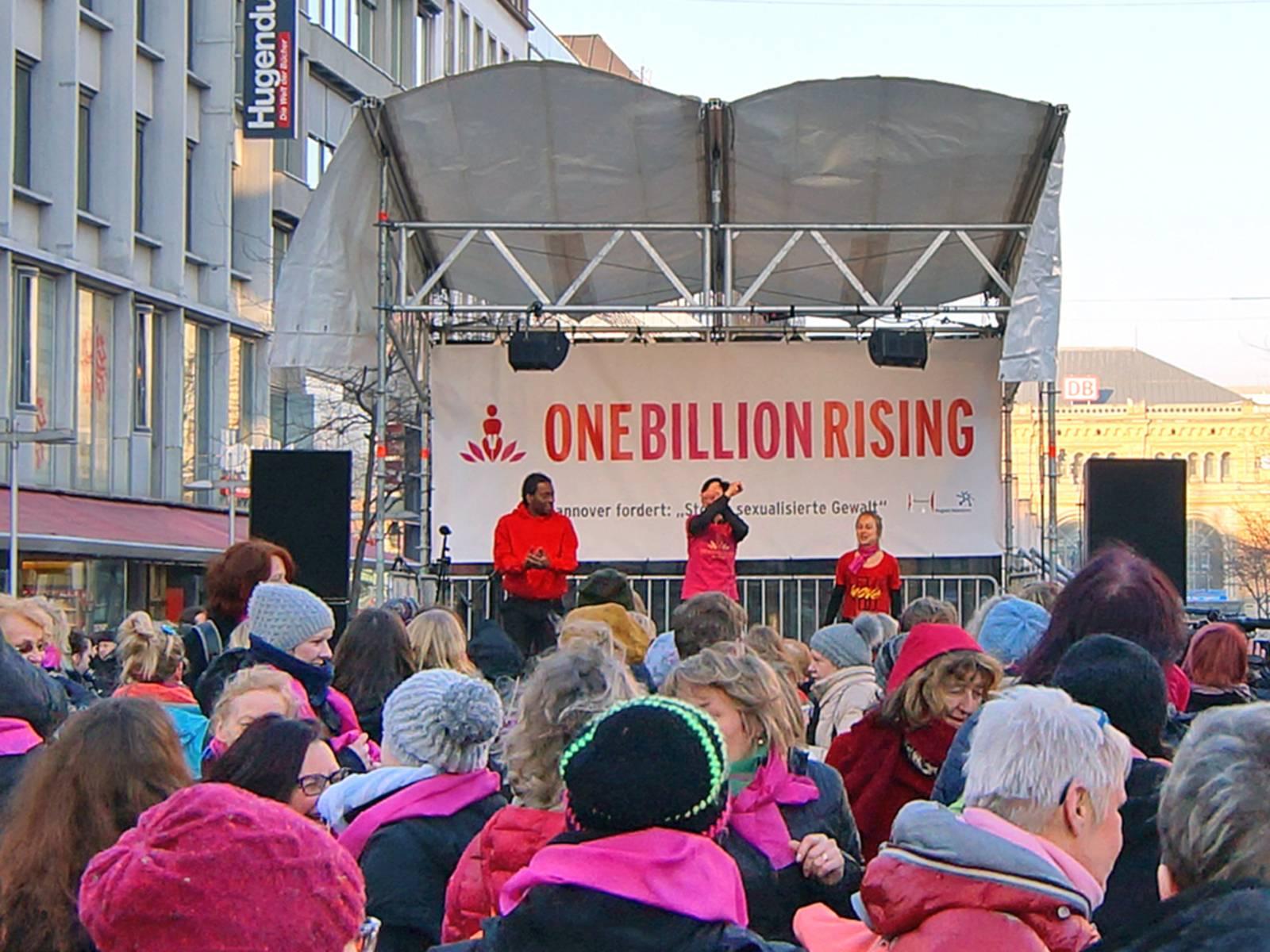 Tanzende Menschen auf dem Kröpcke, im Hintergrund eine Bühne