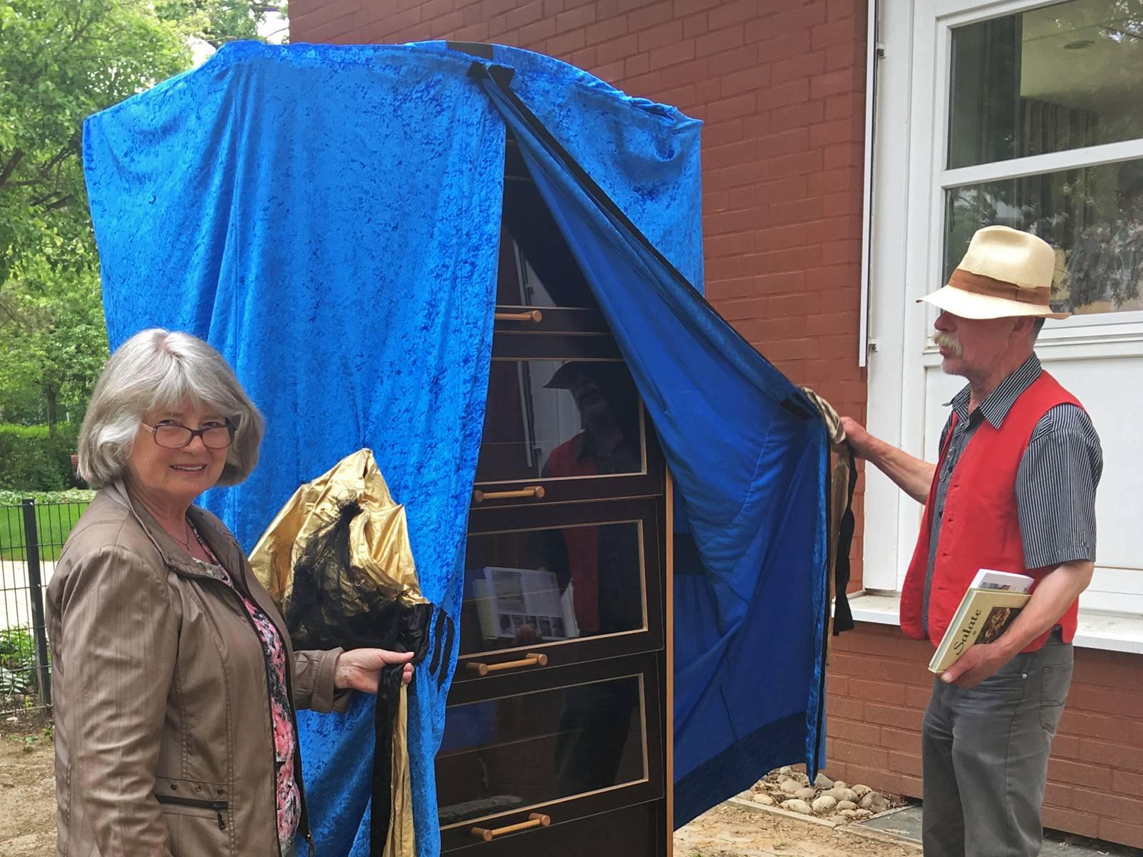 Bücherschrank-Patin Sigrid Mevissen und Bezirksbürgermeister Lothar Pollähne bei der Enthüllung