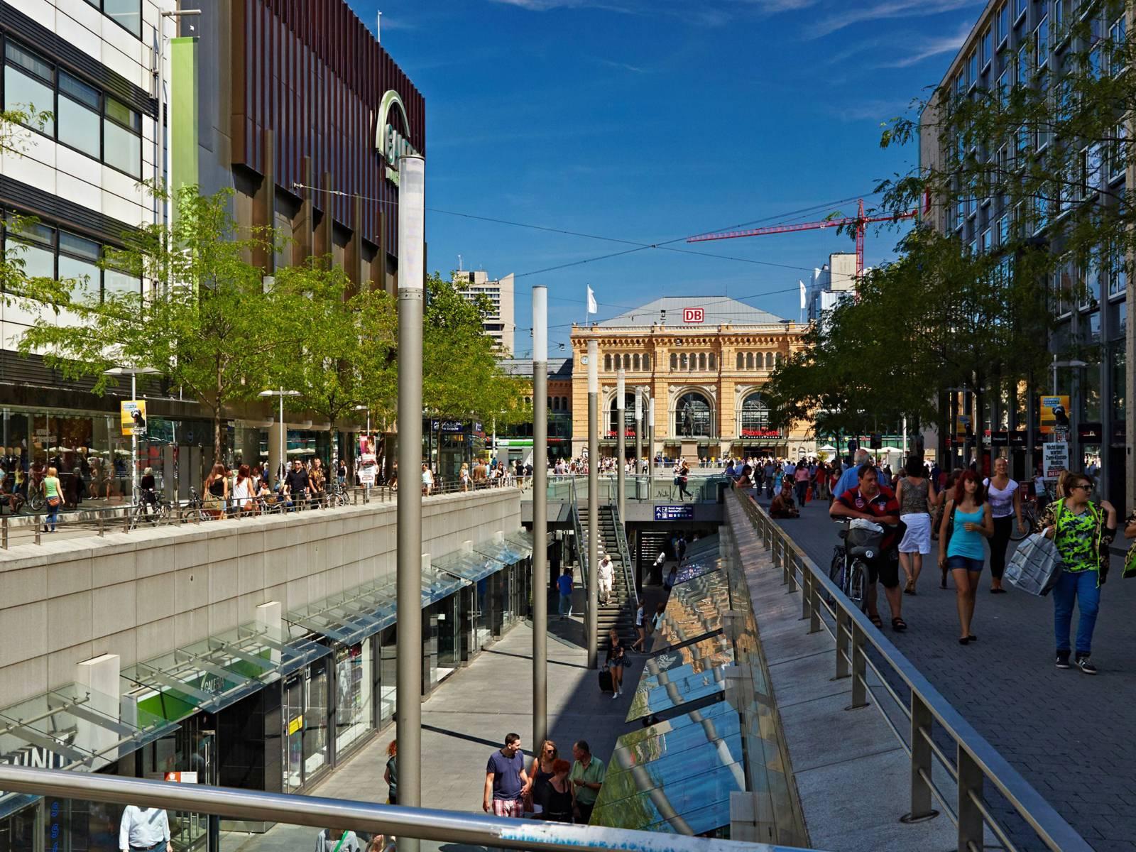 Blick über die Niki-de-Saint-Phalle-Promenande in Richtung Hauptbahnhof