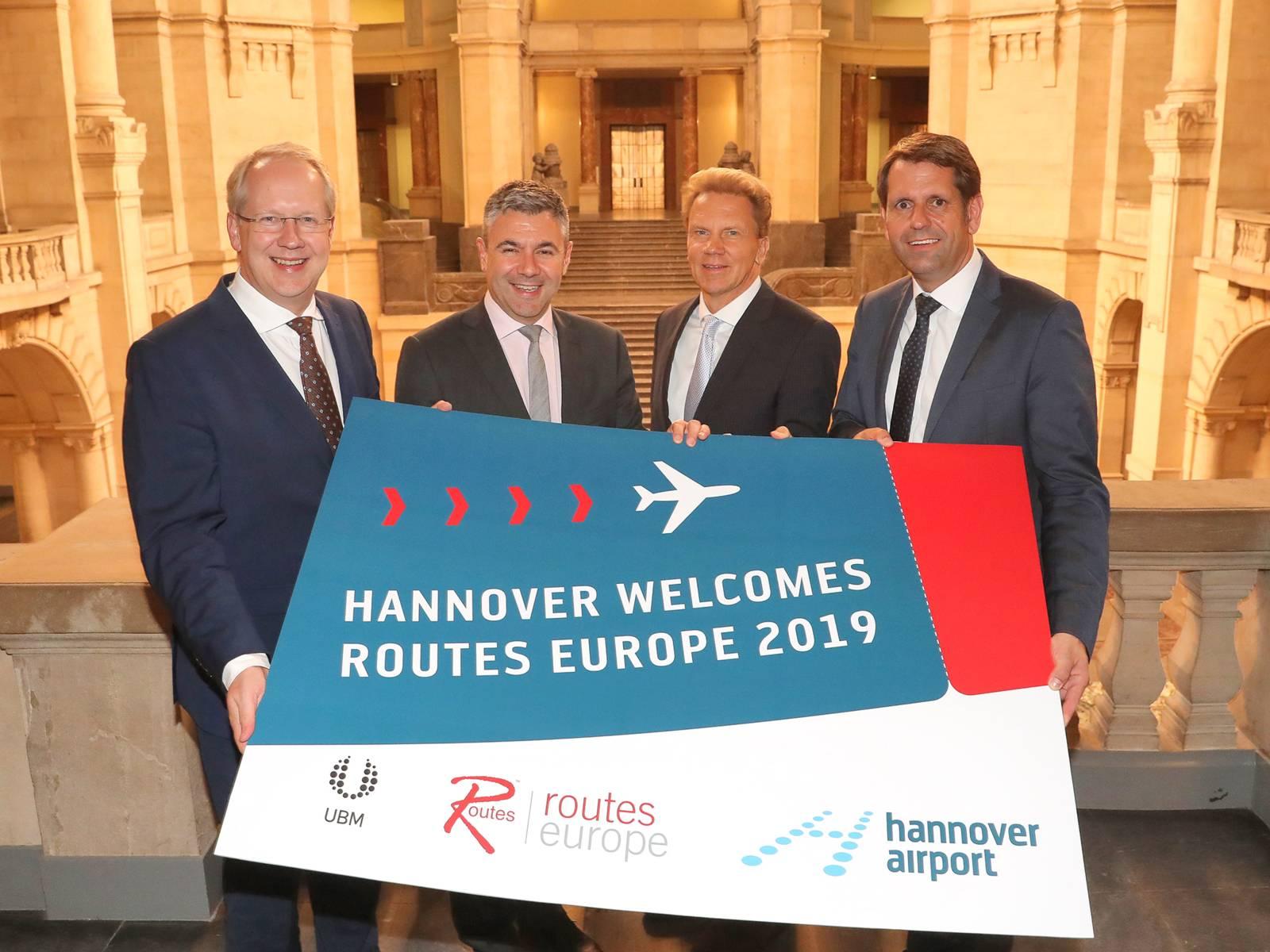 Oberbürgermeister Stefan Schostok, Steven Small (Marketingchef Routes), Dr. Raoul Hille (Geschäftsführer Flughafen GmbH) und Wirtschaftsminister Olaf Lies