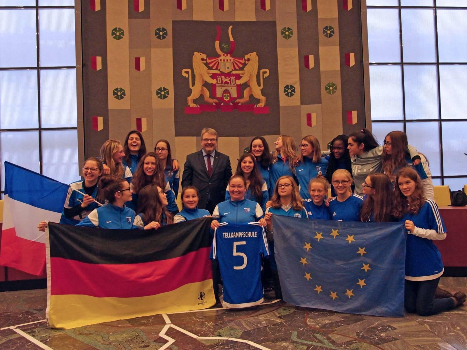 Eine Gruppe Schülerinnen mit Bürgermeister Thomas Hermann. S