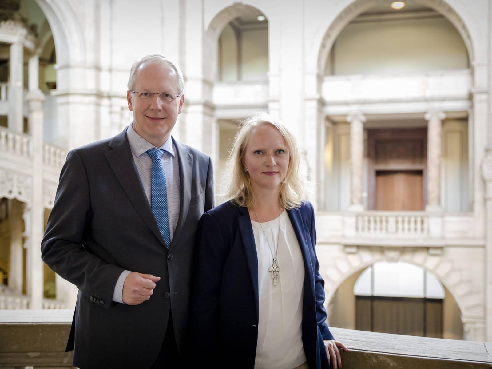 Ein Mann und eine Frau in einer Halle.