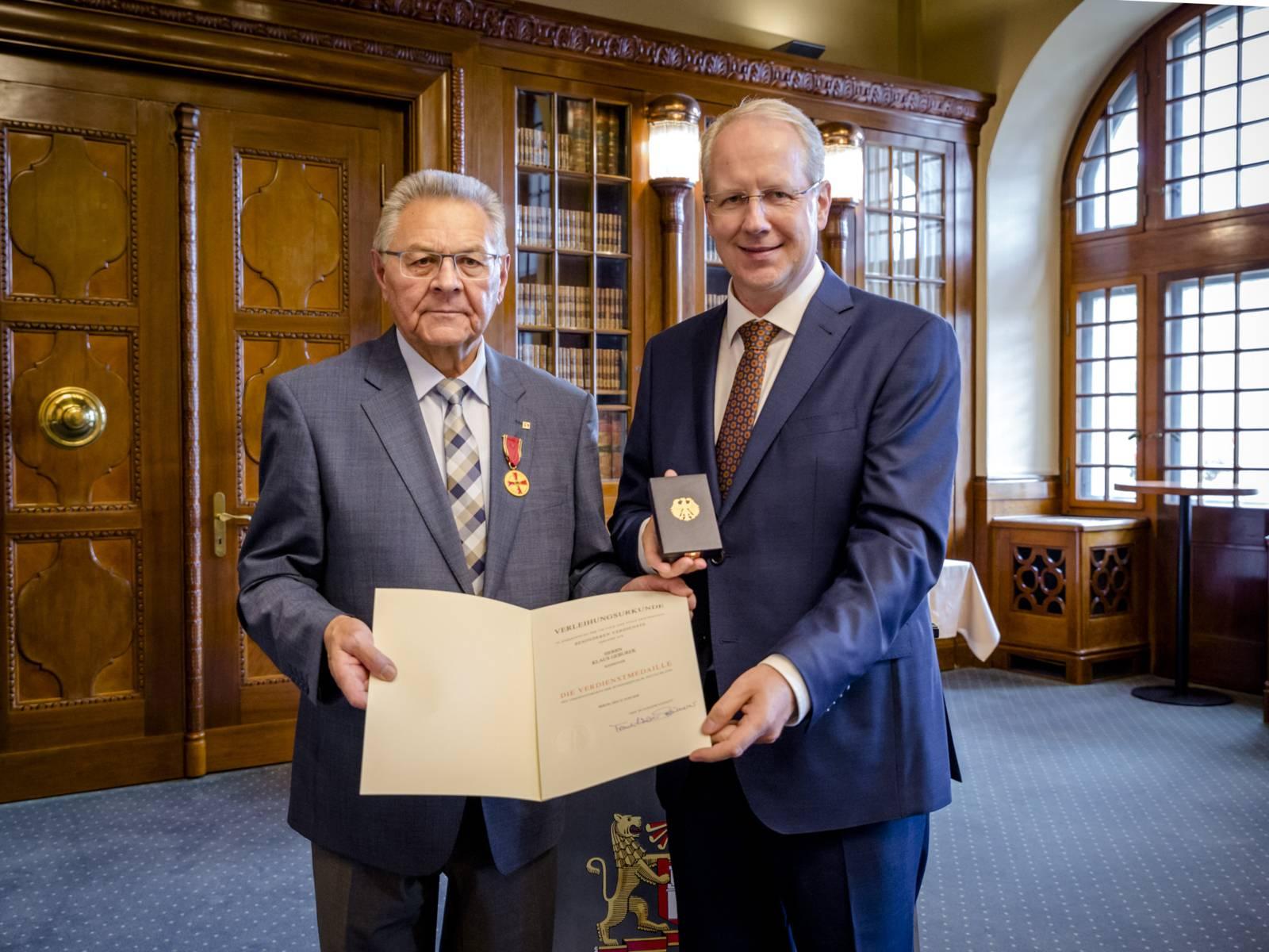 Verdienstmedaille an Klaus Geburek verliehen