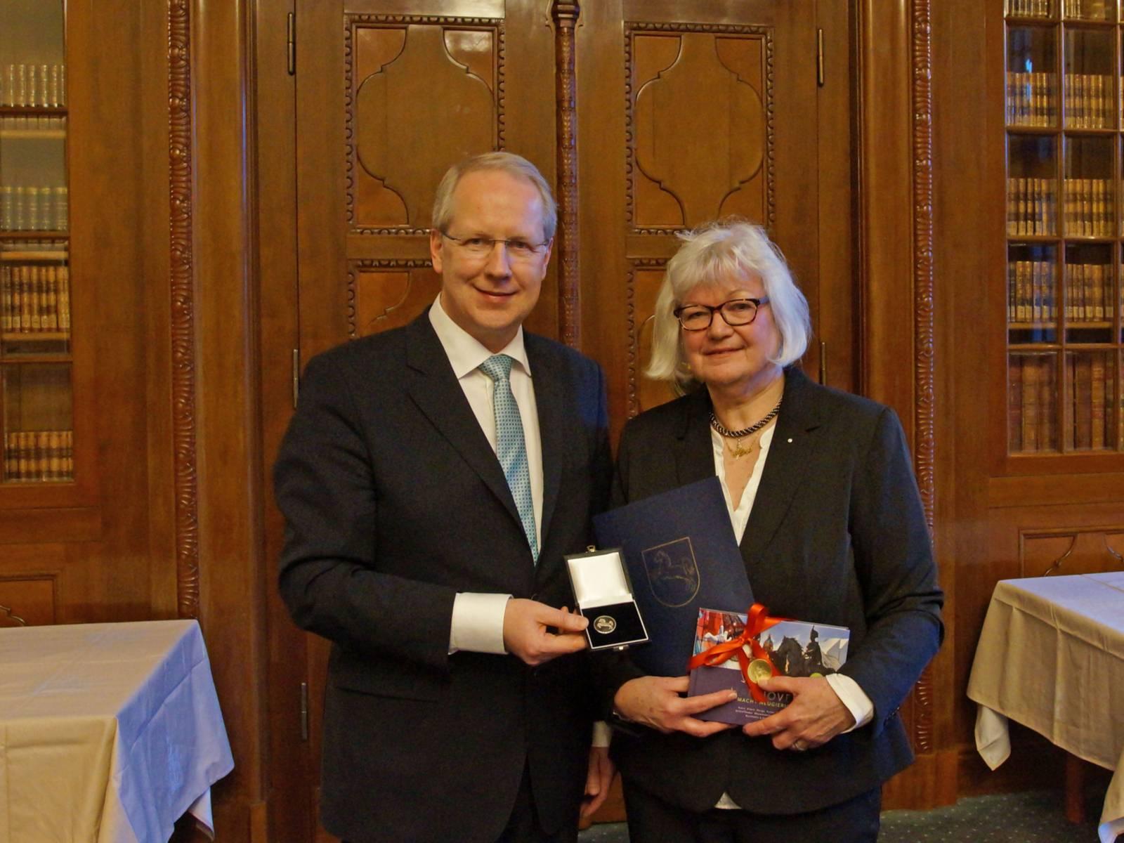 Ein Mann und eine Frau mit einer Auszeichnung.