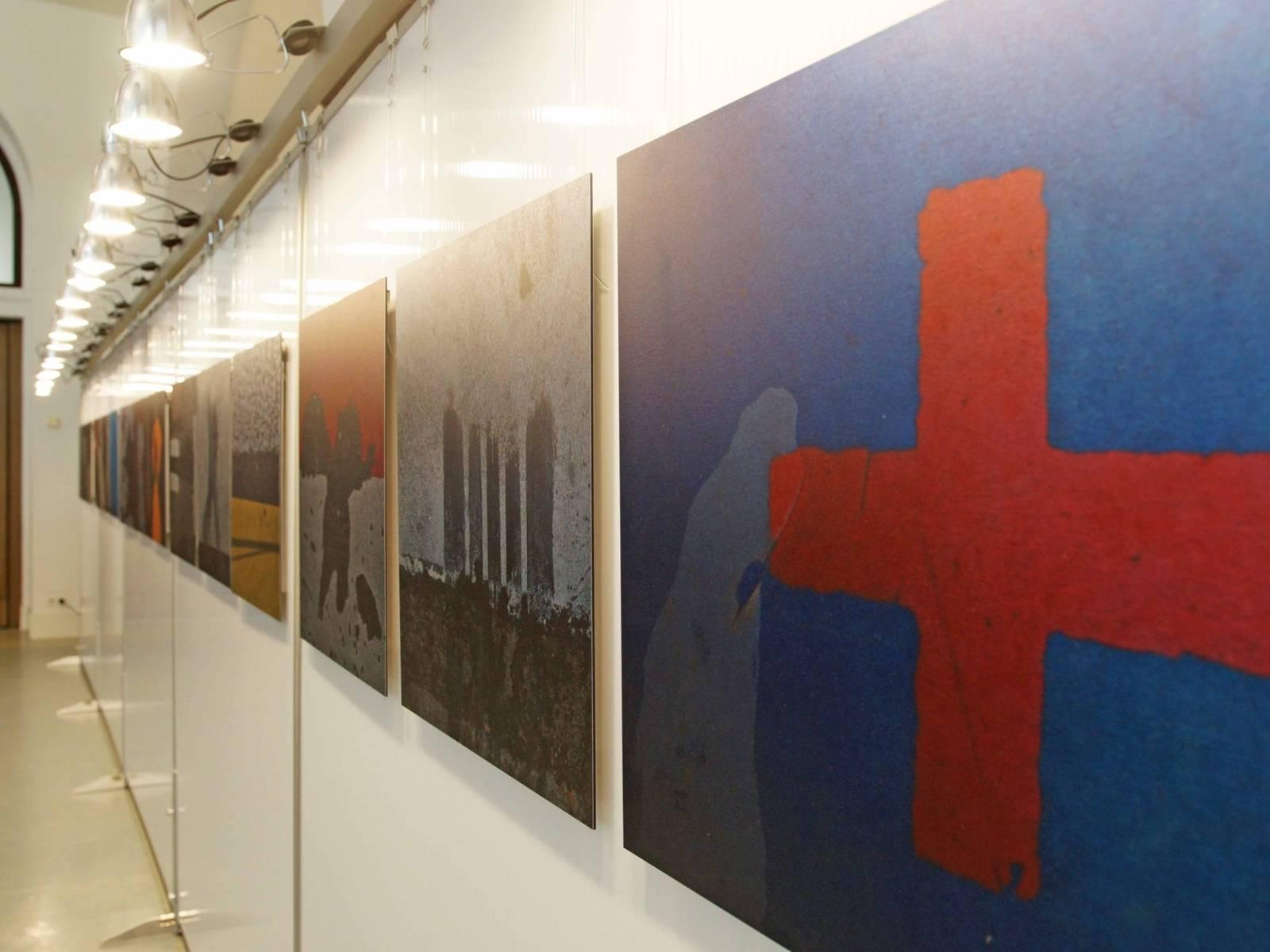 Eine Halle, in der mehrere Bilder zu sehen sind.