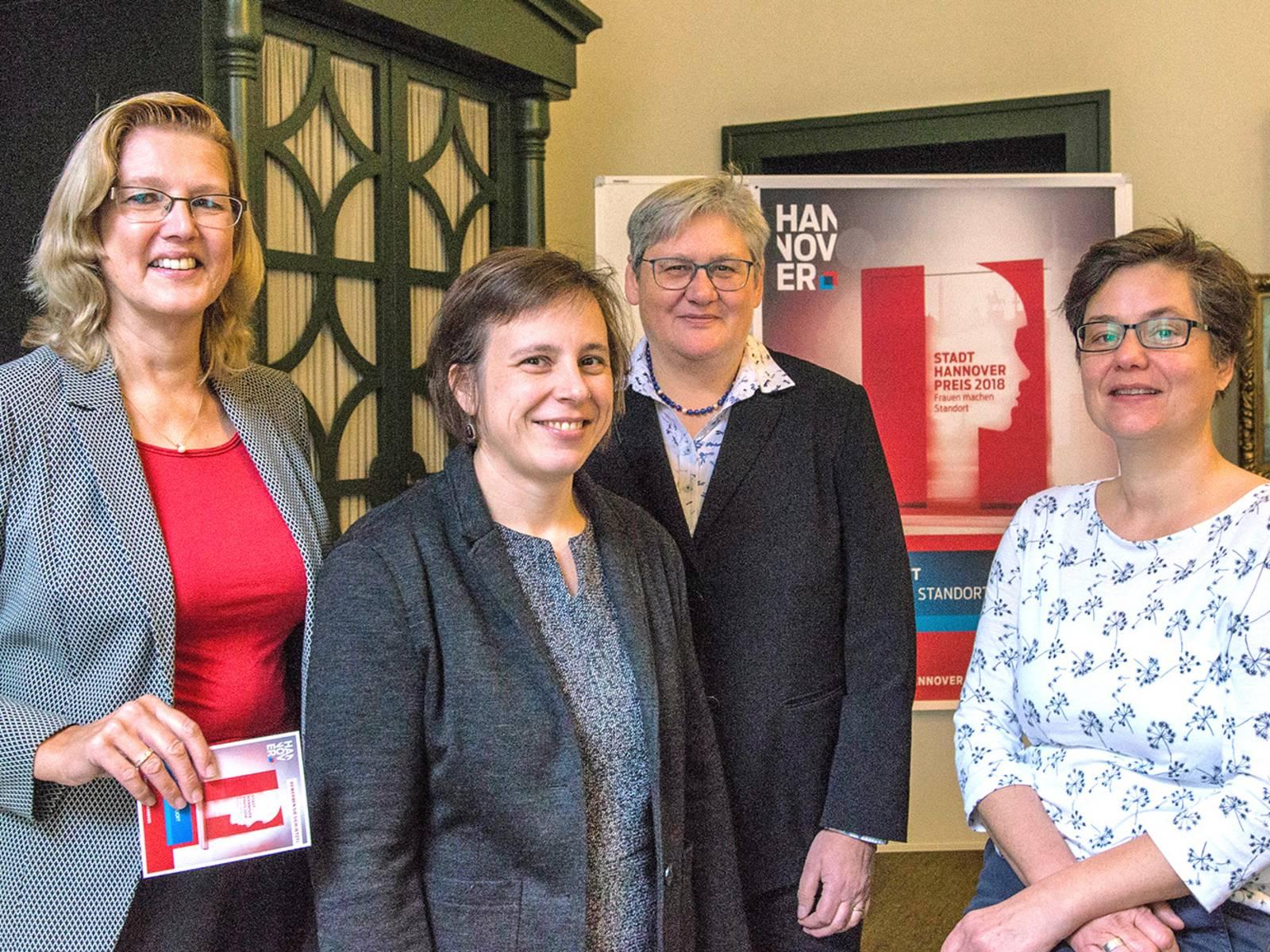 Vier Frauen bei der Bekanntgabe der Preisträgerin des Stadt-Hannover-Preises