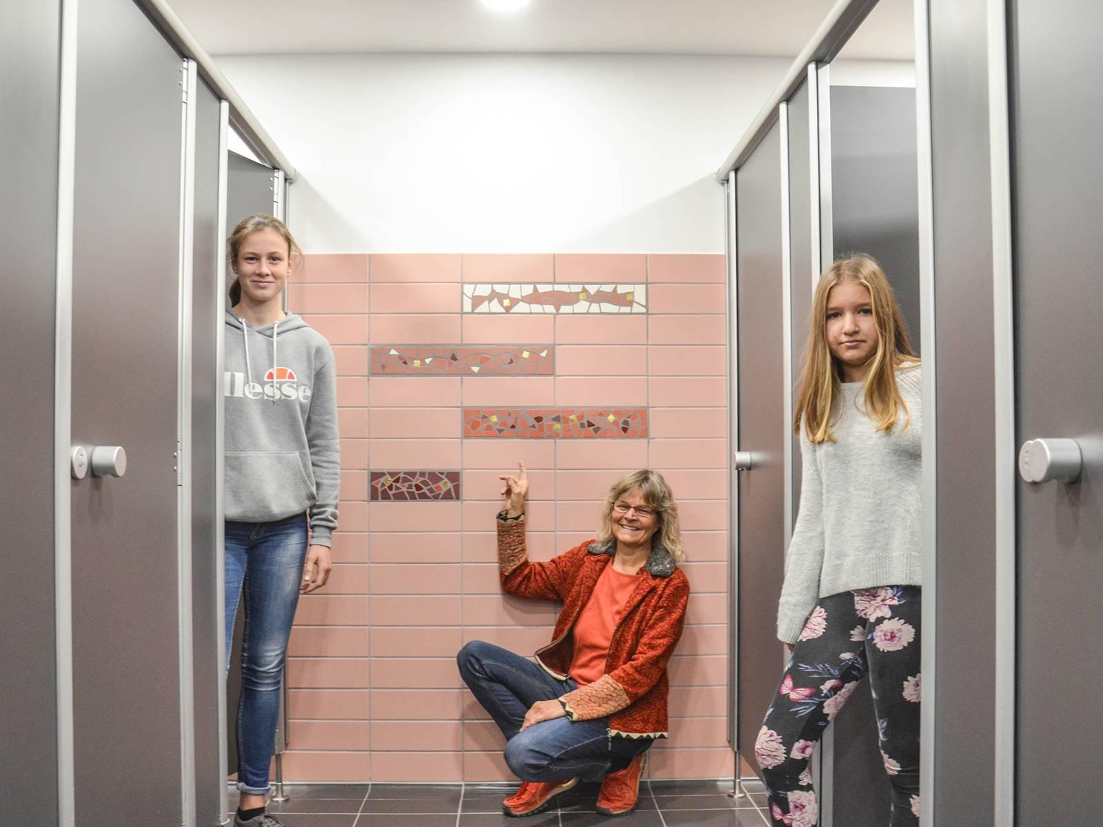 Die Künstlerin Susanne Siegl präsentiert mit zwei Schülerinnen die gemeinsam entworfenen Wandmosaike