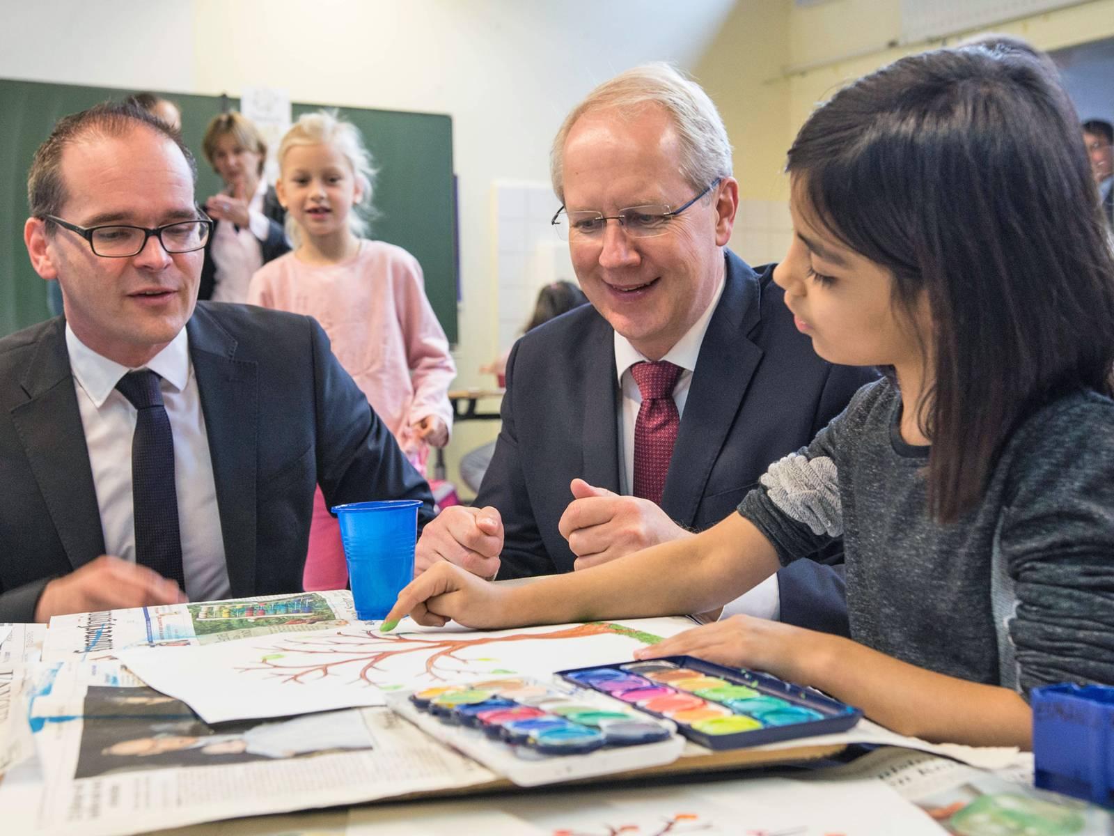 Minister Tonne und OB Schostok mit einer Schülerin