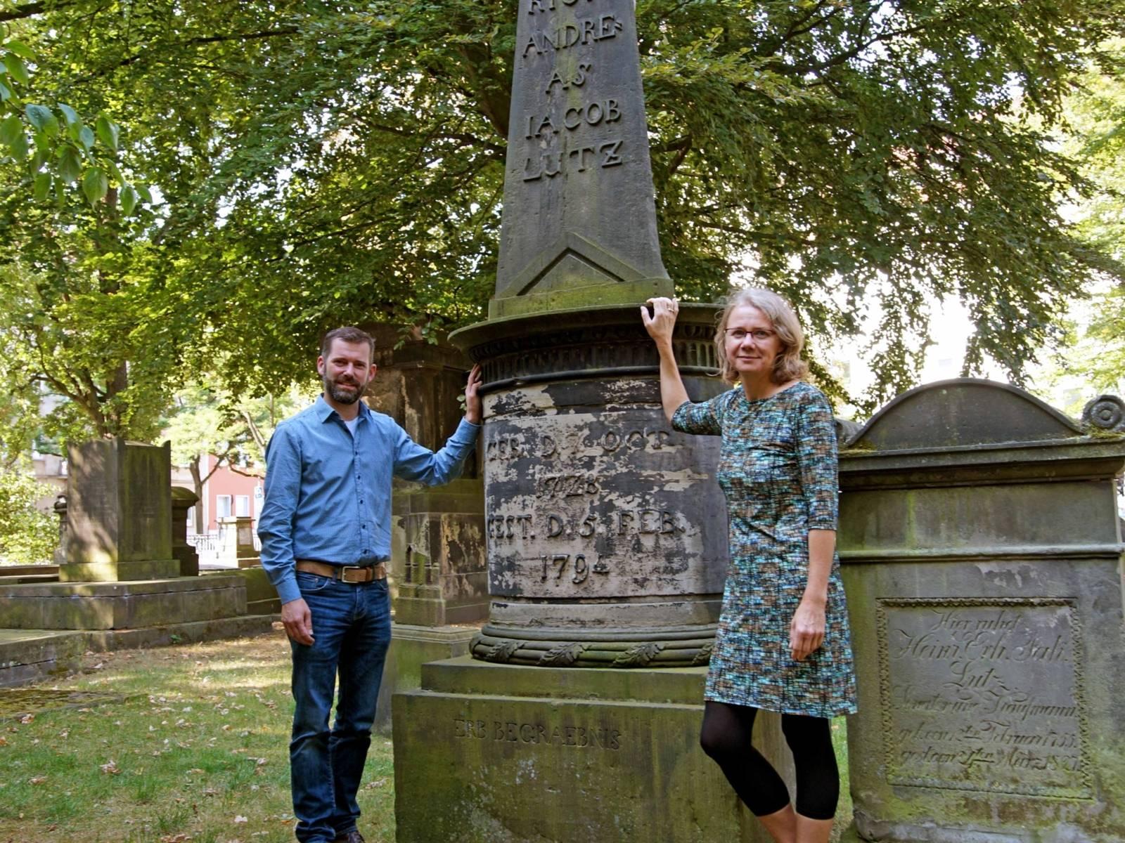 Ein Mann und eine Frau vor einem Denkmal.