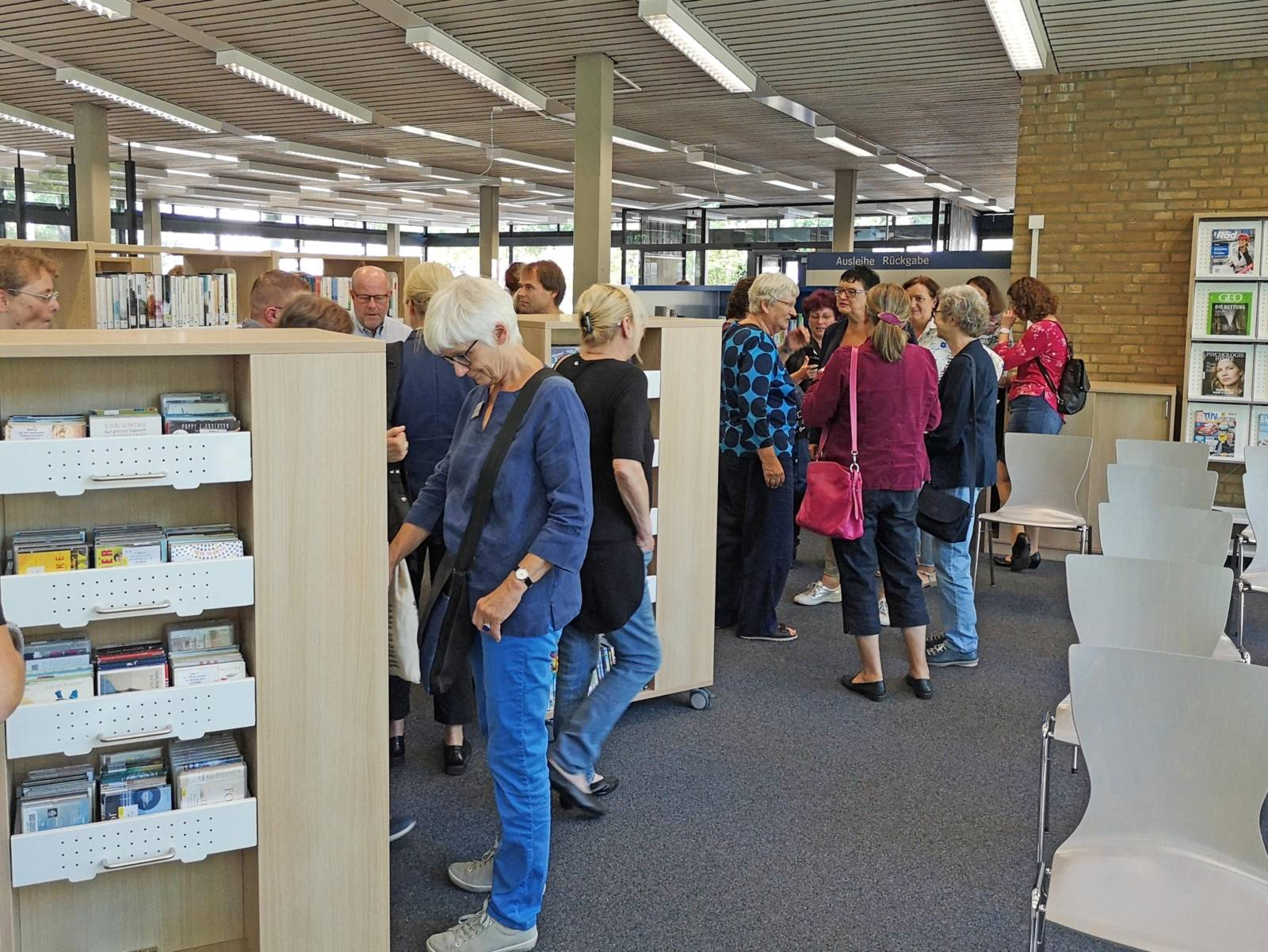 Menschen in einer Bibliothek.