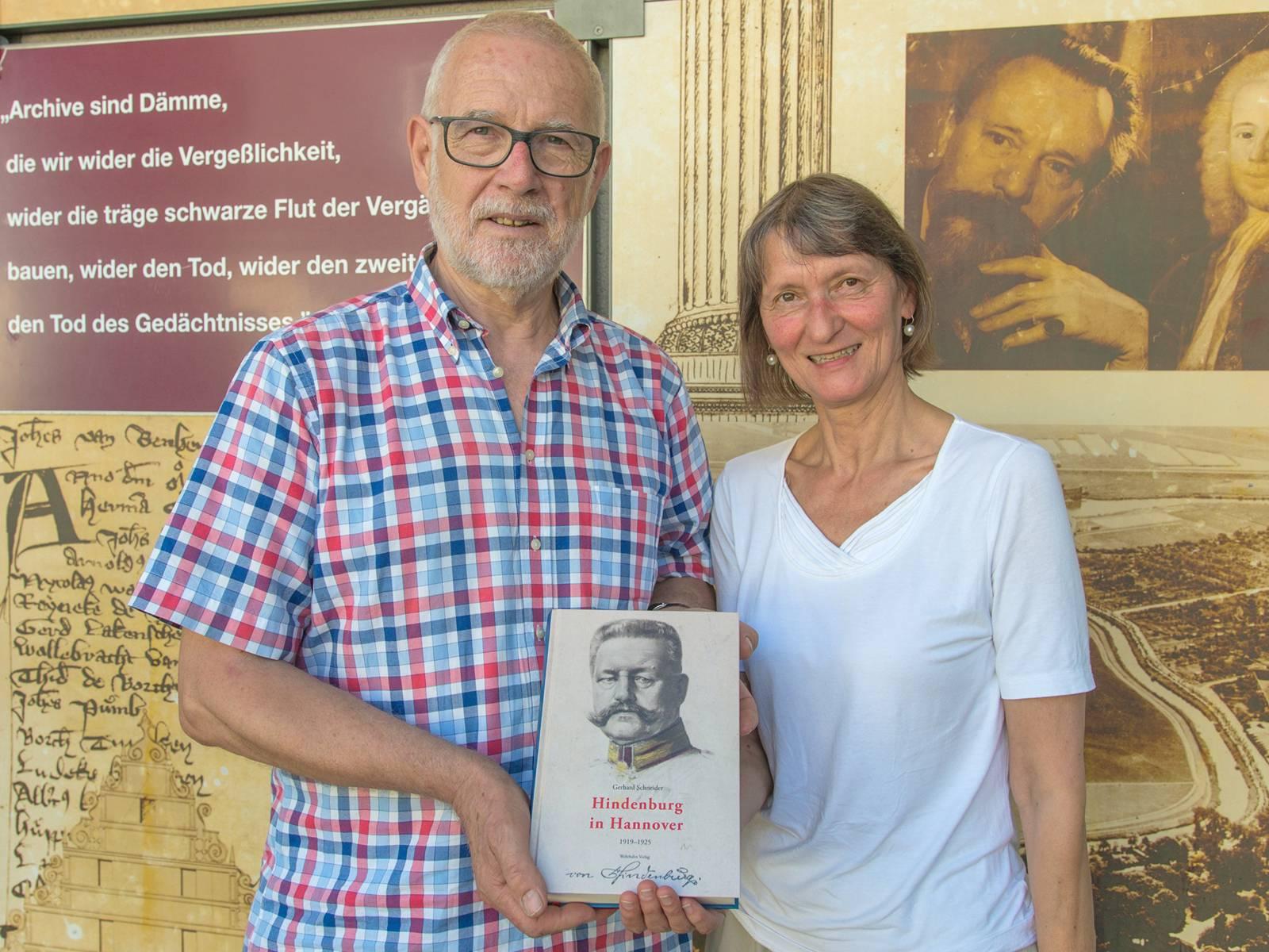 Zwei Personen präsentieren ein Buch