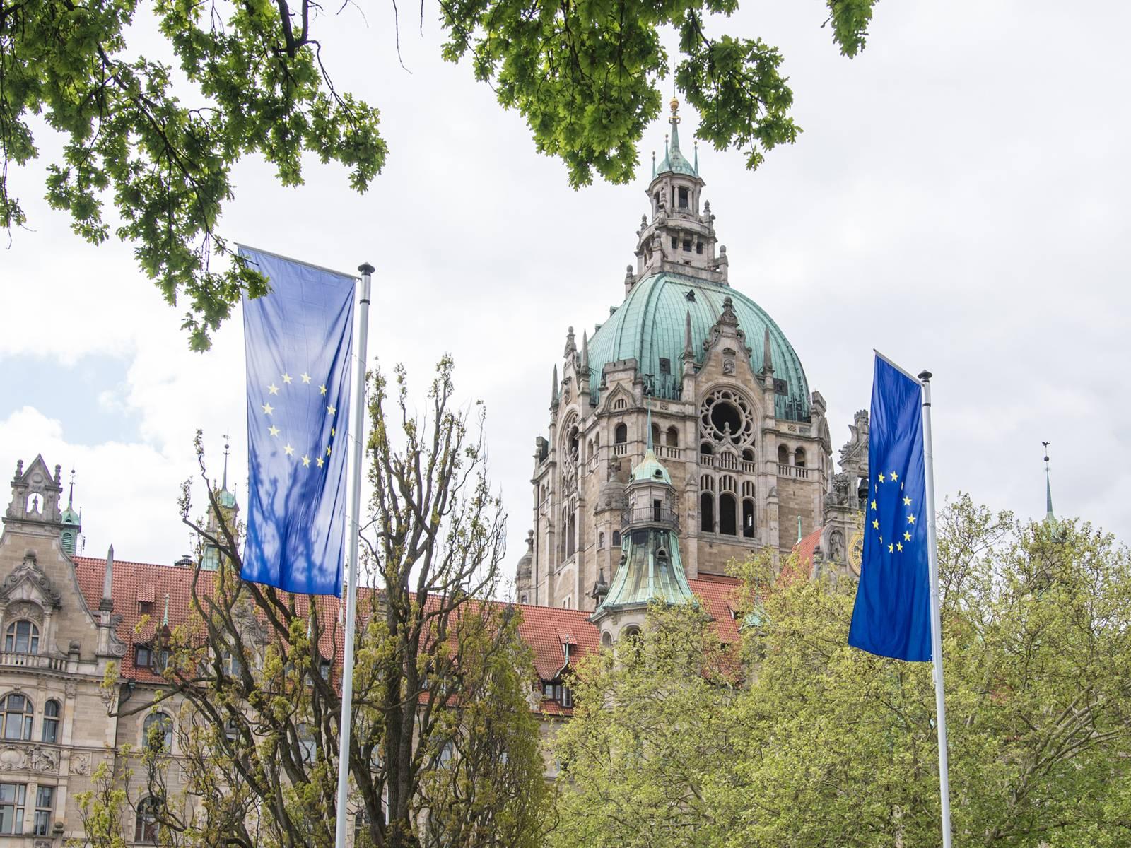 Flaggen vor einem Gebäude.