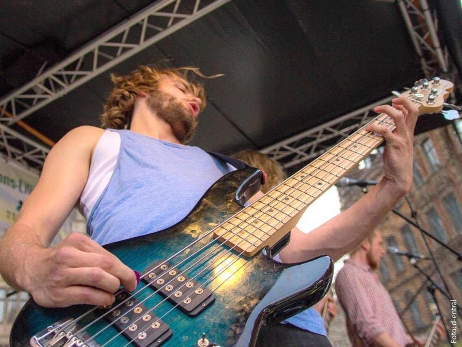 Mann mit einer Gitarre.