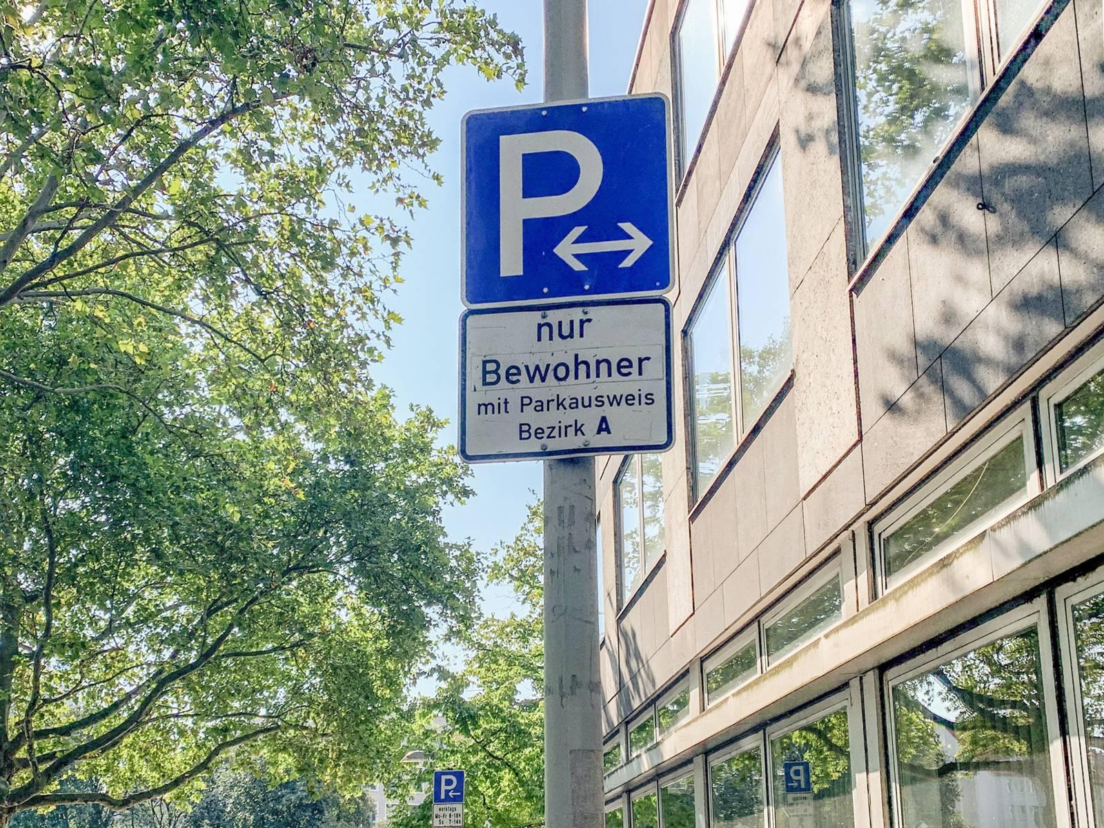 Ein Straßenschild, das auf eine Parkzone für Bewohner hinweist