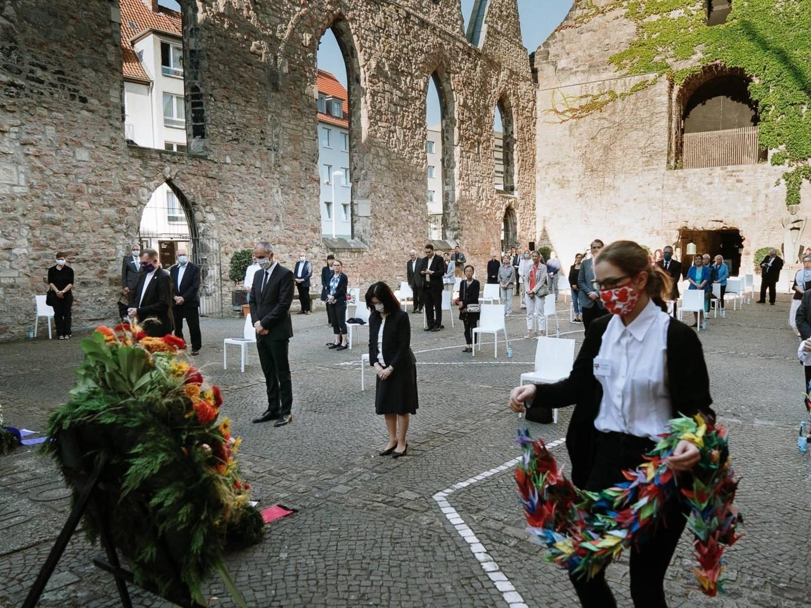 Menschen im Gedenken in den Überresten einer Kirche.