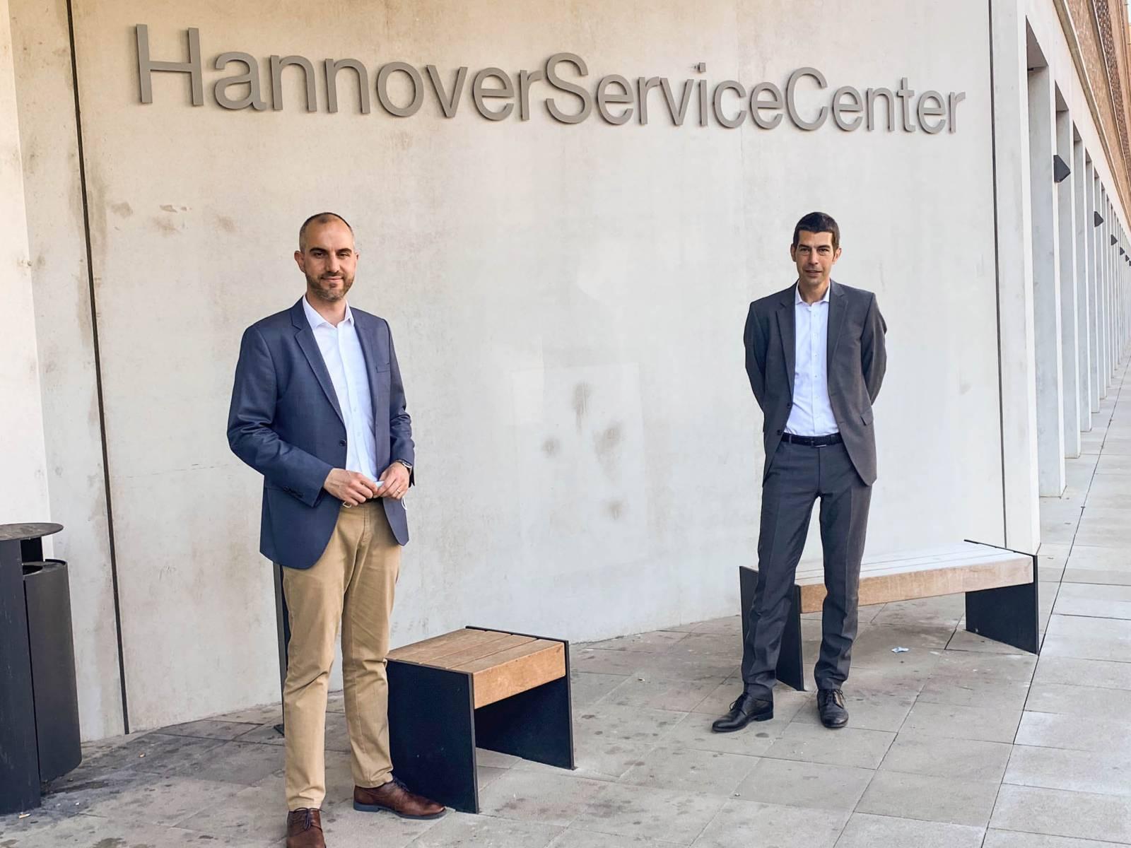 Zwei Männer vor einem Gebäude.
