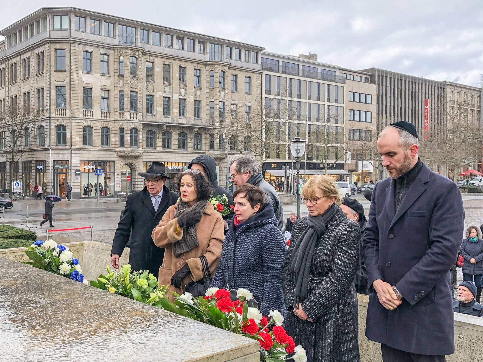 Mehrere Personen halten am Holocaust-Mahnmal inne