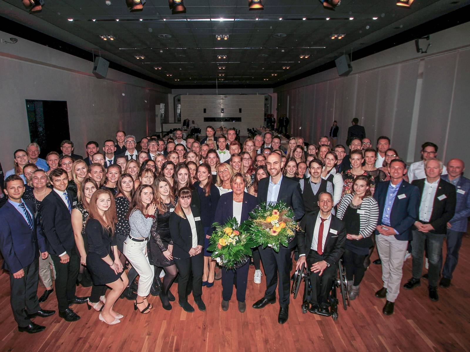 Eine große Gruppe Menschen in einem Saal