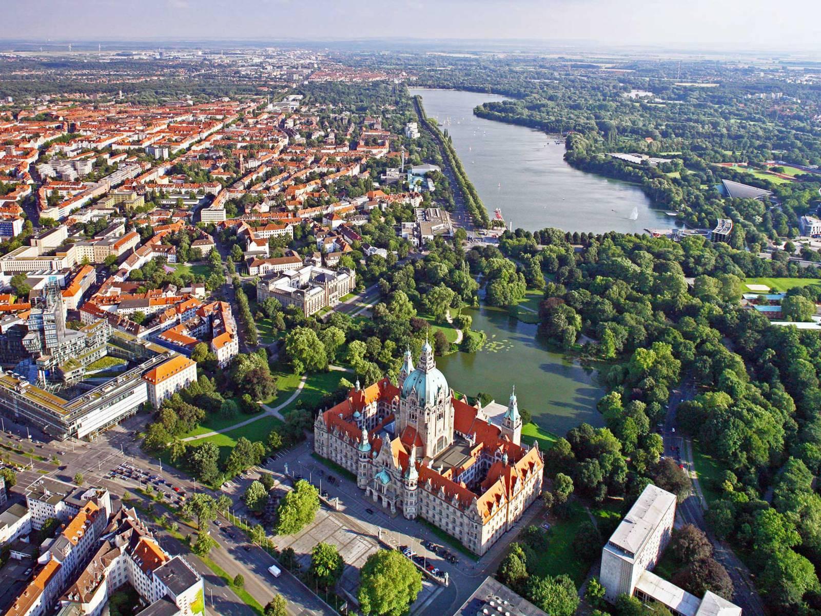 Schrägaufnahme von Hannover mit Blick auf das Neue Rathaus, die Südstadt und den Maschsee.