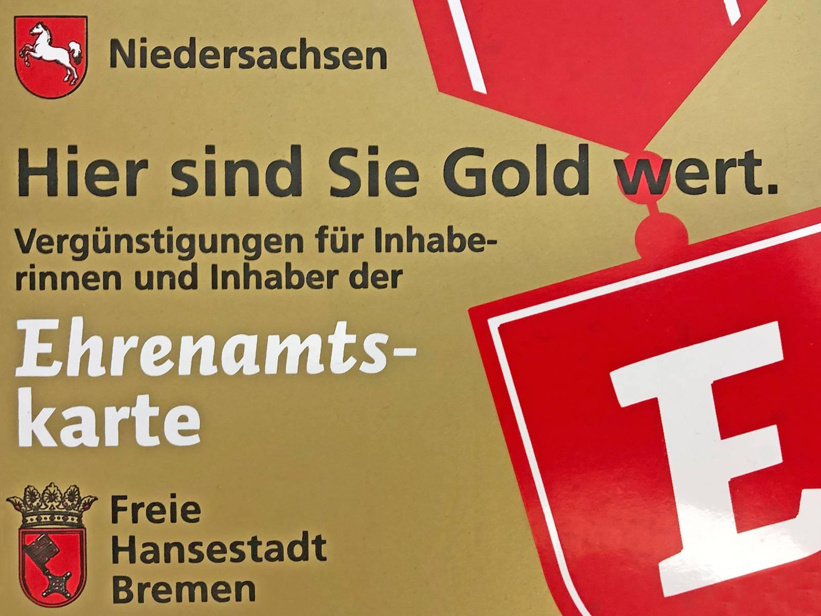 """Die goldfarbene Ehrenamtskarte ist so groß wie eine Scheckkarte und trägt die Aufschrift """"Hier sind Sie Gold wert - Vergüngstigungen für Inhaberinnen und Inhaber der Ehrenamtskarte""""."""