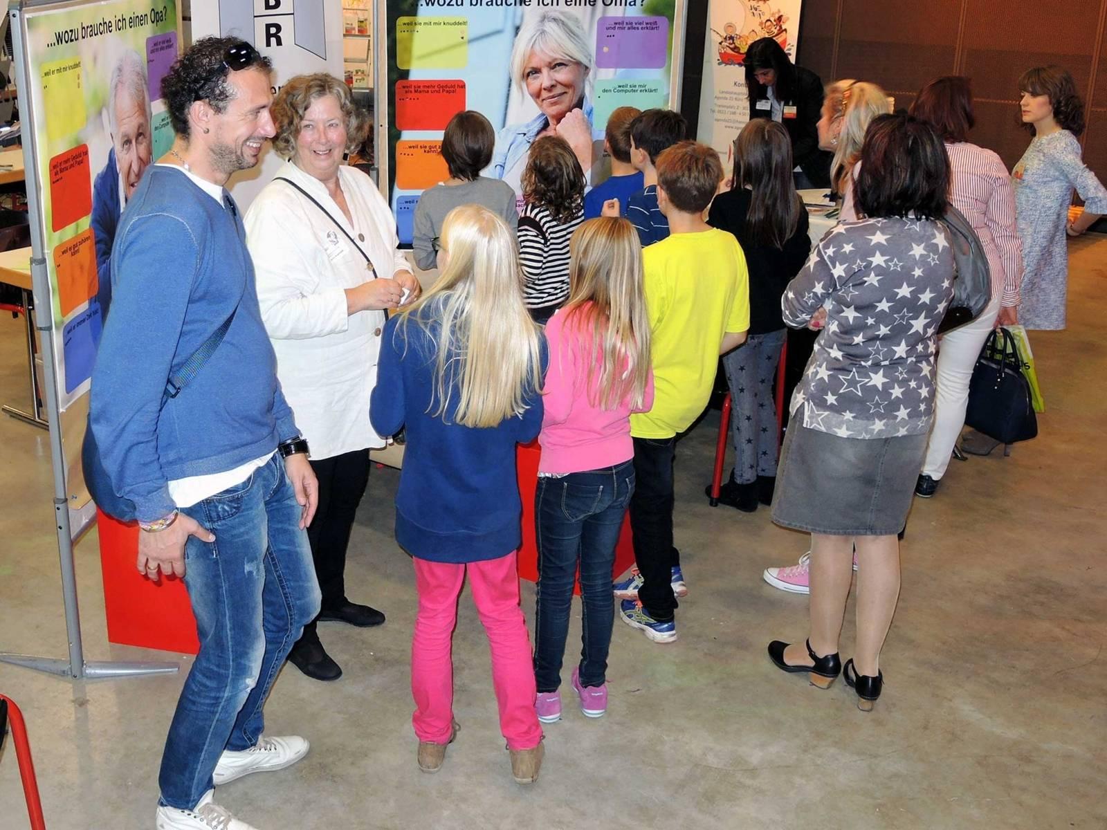 Der Informationsstand des Seniorenbeirats mit zahlreichen jungen Besucherinnen und Besuchern