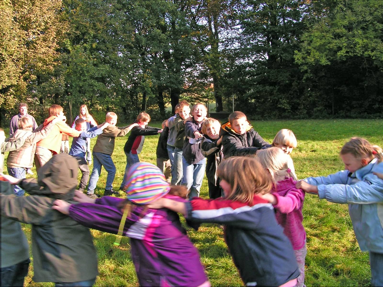 Mehrere Kinder tanzen einen Reigen