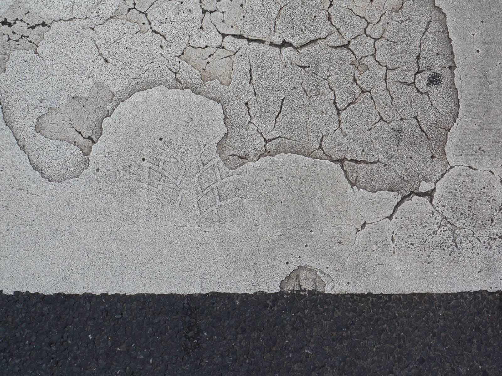 Fußabdruck in einer betonierten Straße
