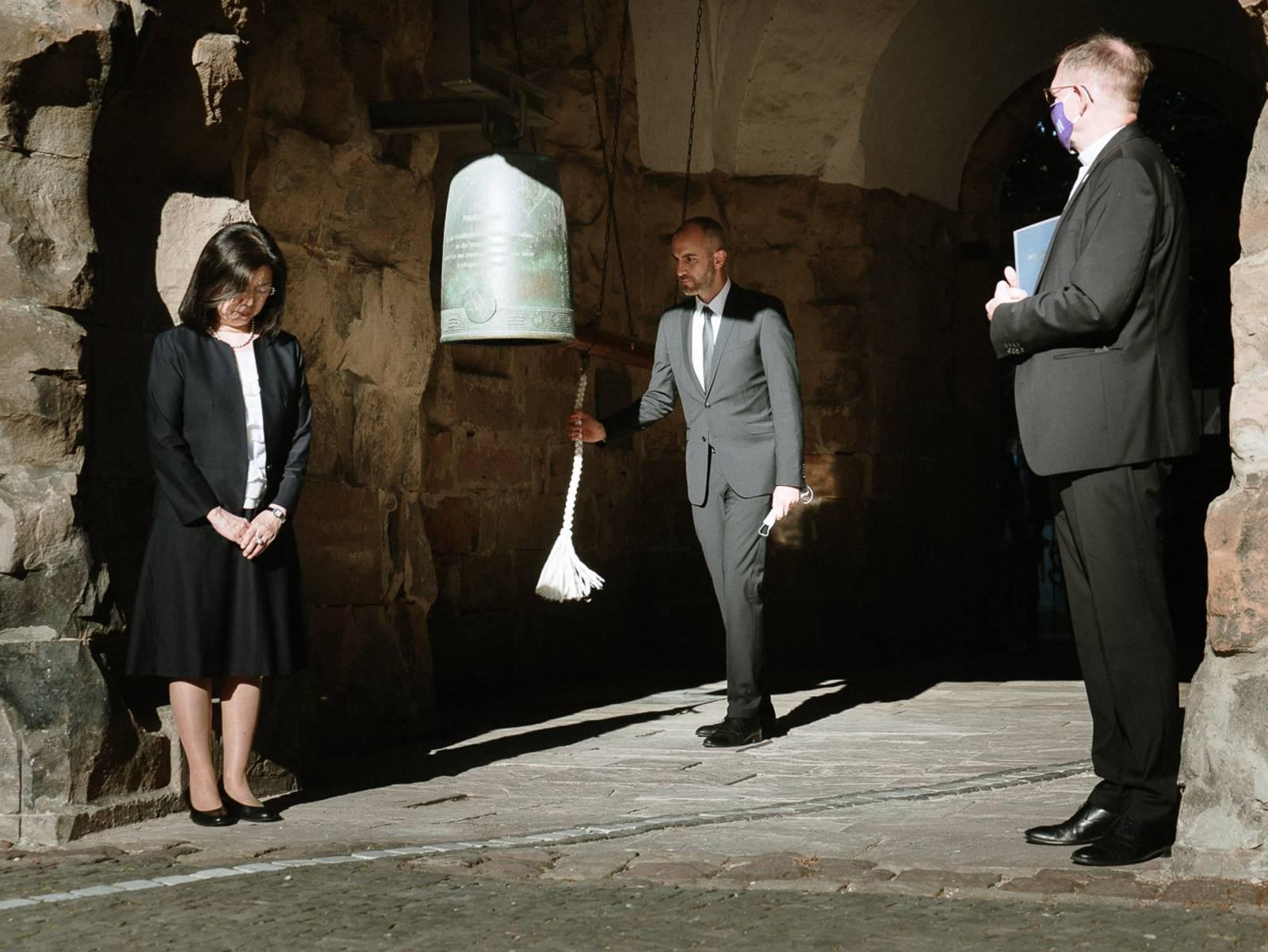 Oberbürgermeister Onay schlägt die Friedensglocke in der Aegidienkirche an.